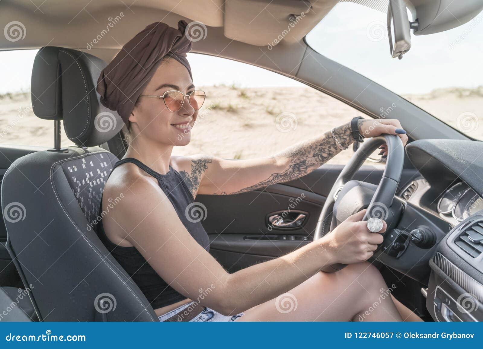 Frau, die ein Auto antreibt