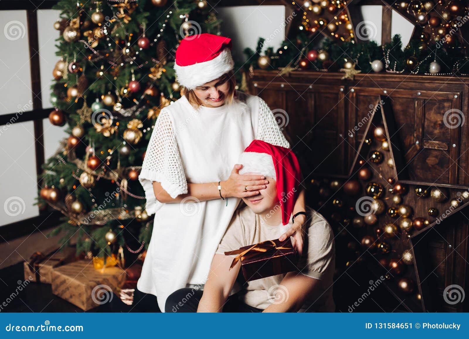 Geschenke Weihnachten Frau.Frau Die Ein Geschenk Ihrem Ehemann Darstellt Stockbild Bild Von