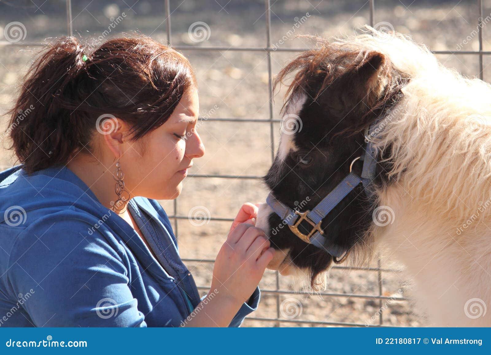 Frau, die ein Minipferd Petting ist