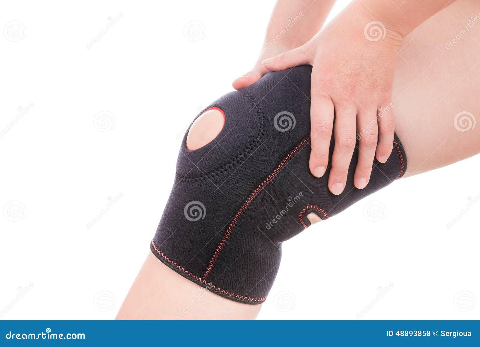 Frau, die ein wundes Knie anhält Mädchen hält Handverband auf seinem Bein