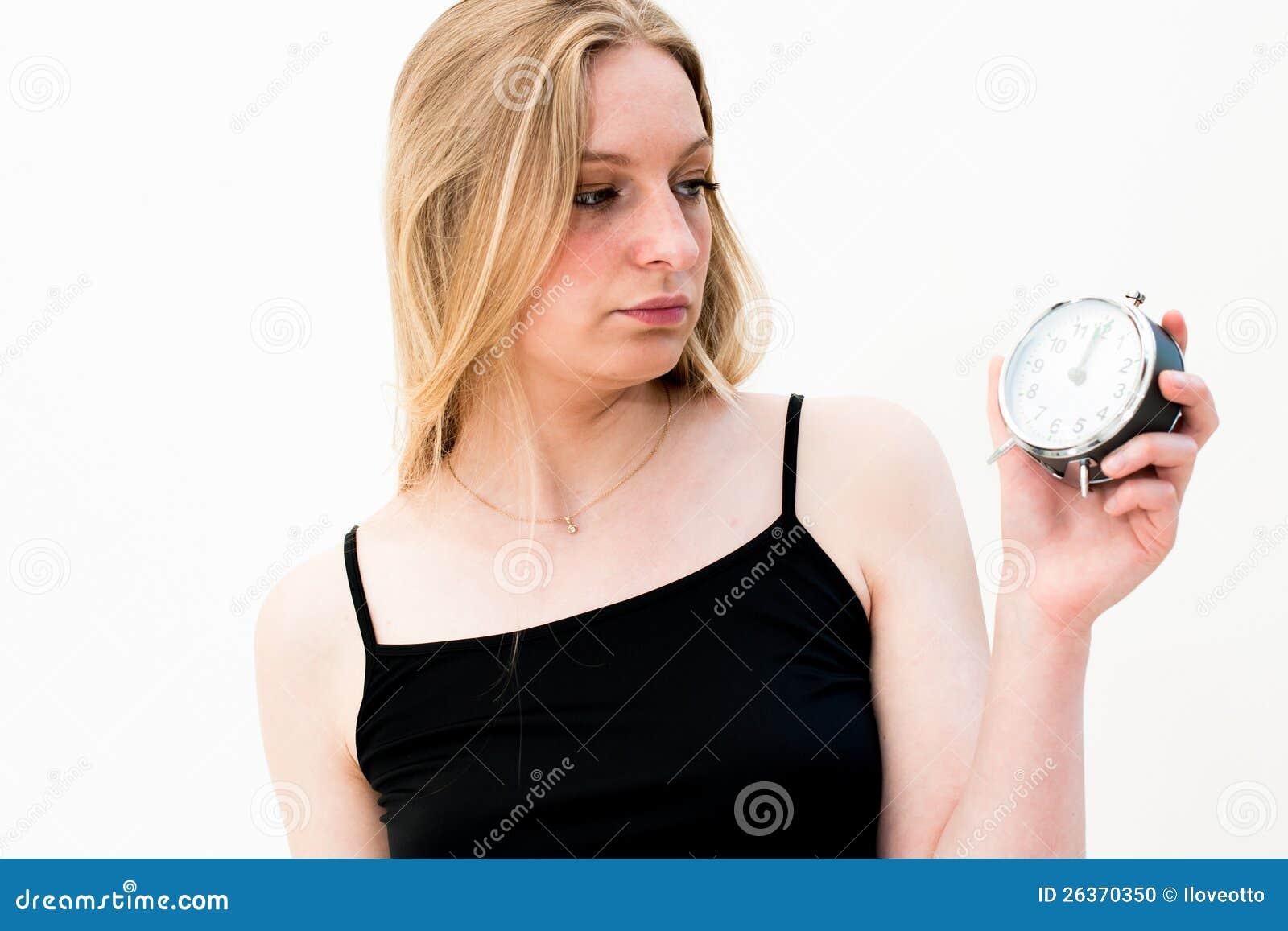 Frau, die eine Borduhr anhält