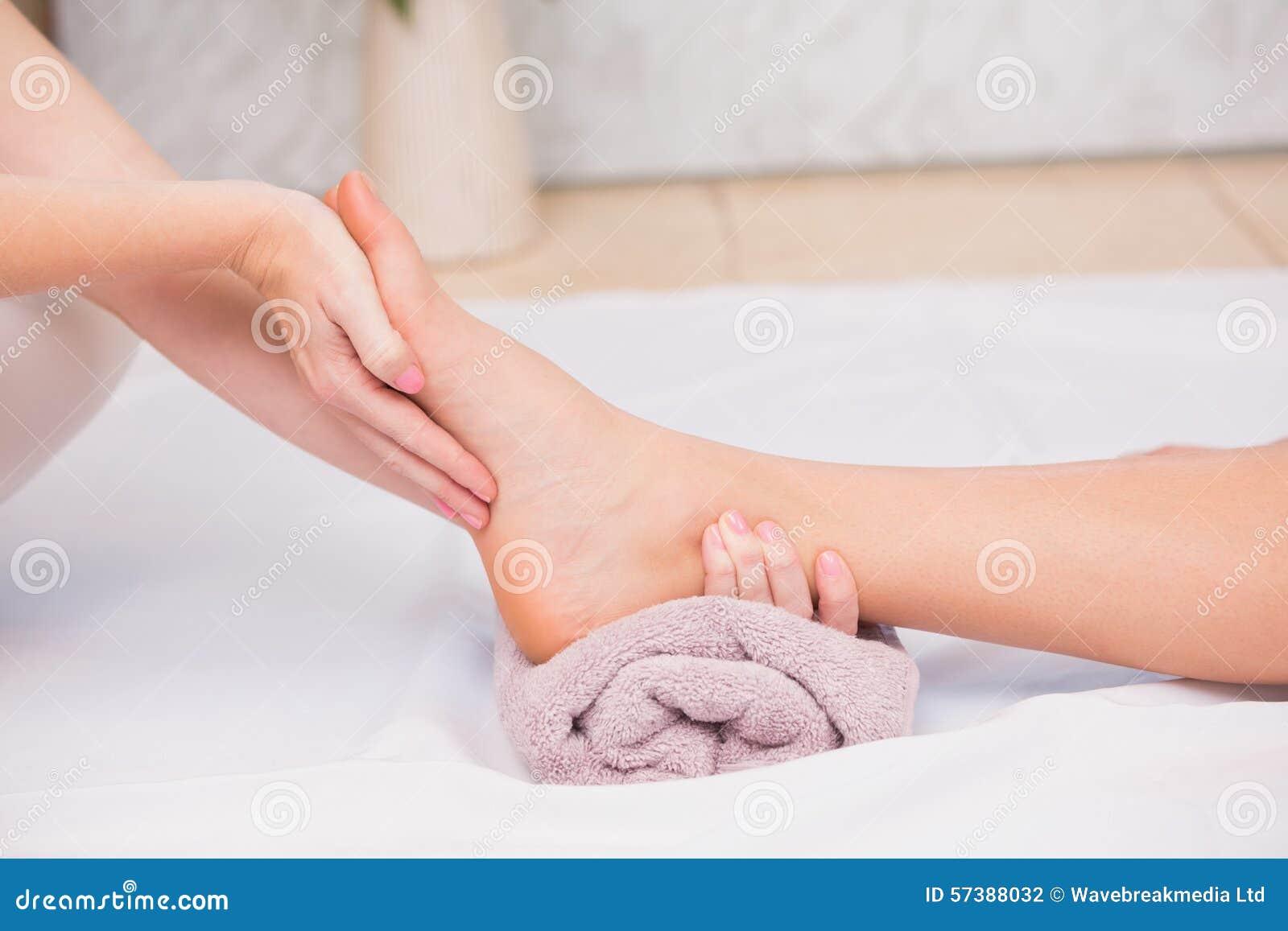 Frau, die eine Fußmassage empfängt