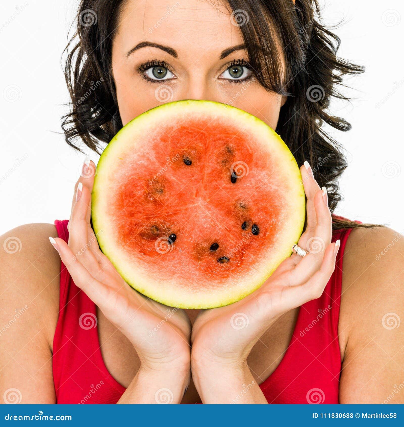Frau, die eine Scheibe der Wassermelone anhält