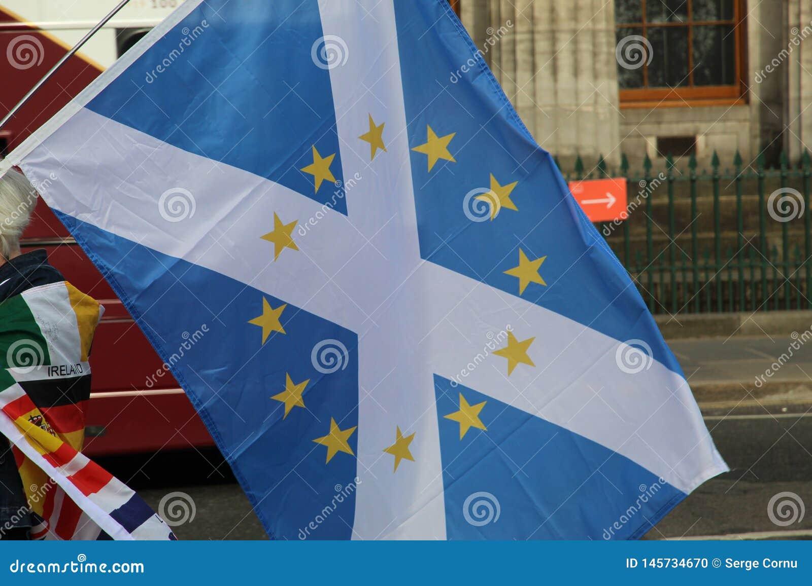 Frau, die eine schottische Flagge mit EU-Flaggen-Sternen in Edinburgh hält