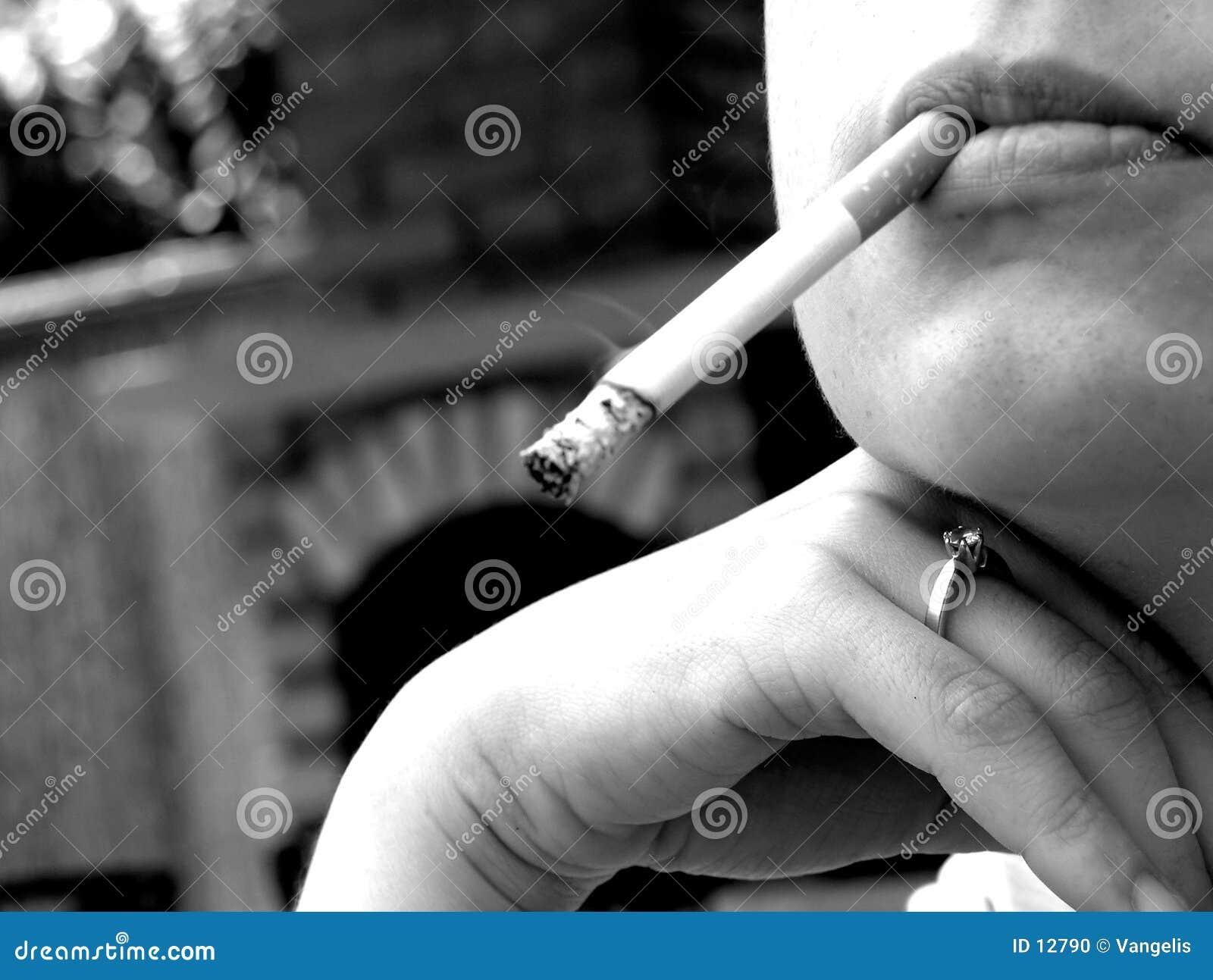 Frau, die eine Zigarette raucht