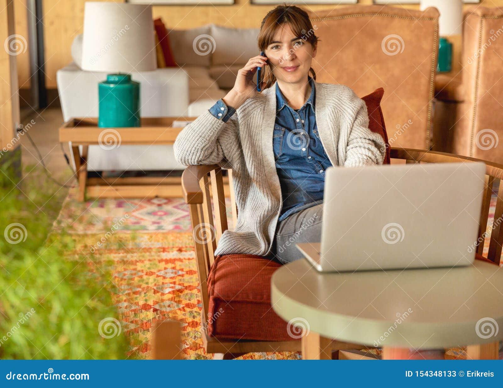 Frau, die an einem Laptop arbeitet