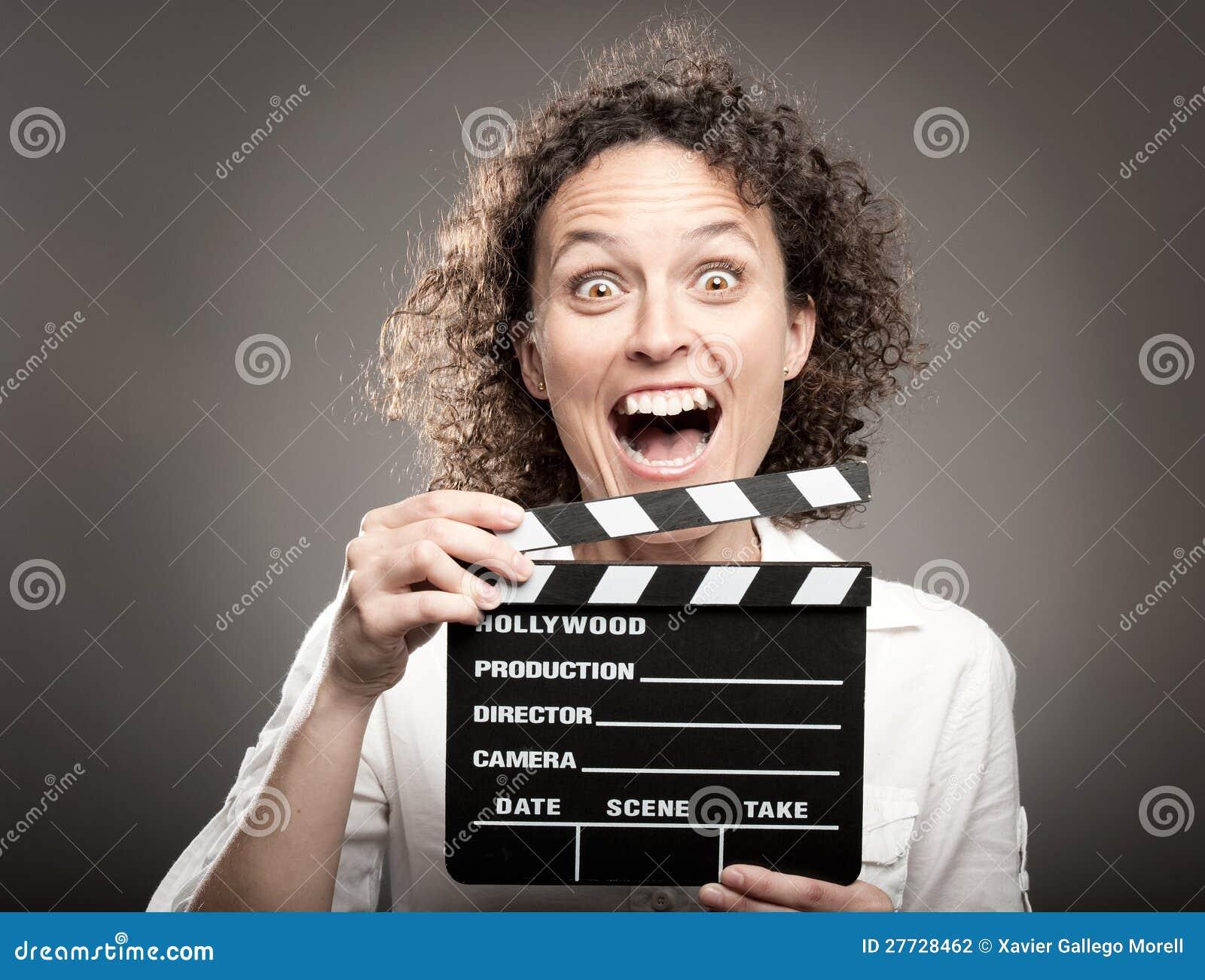 Frau, die einen Filmscharnierventilvorstand anhält