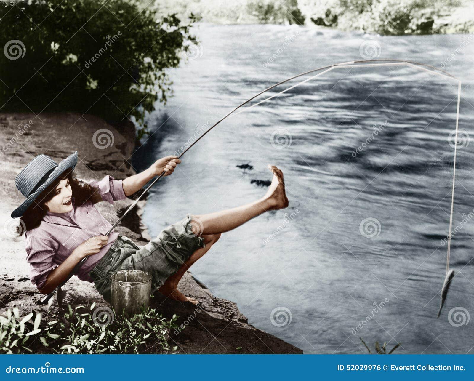 Frau, die einen kleinen Fisch fing, der über rückwärts fällt (alle dargestellten Personen sind nicht längeres lebendes und kein Z