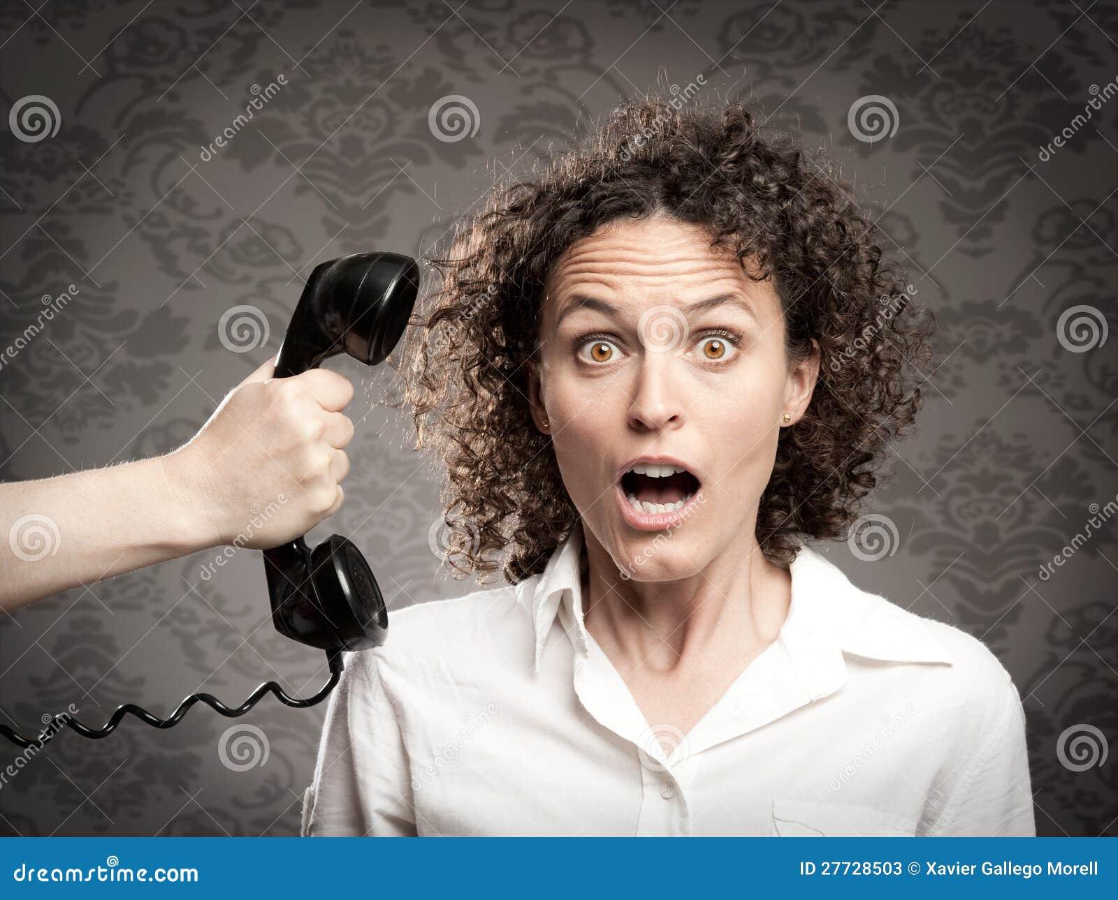 Frau, die einen Telefonaufruf bedient