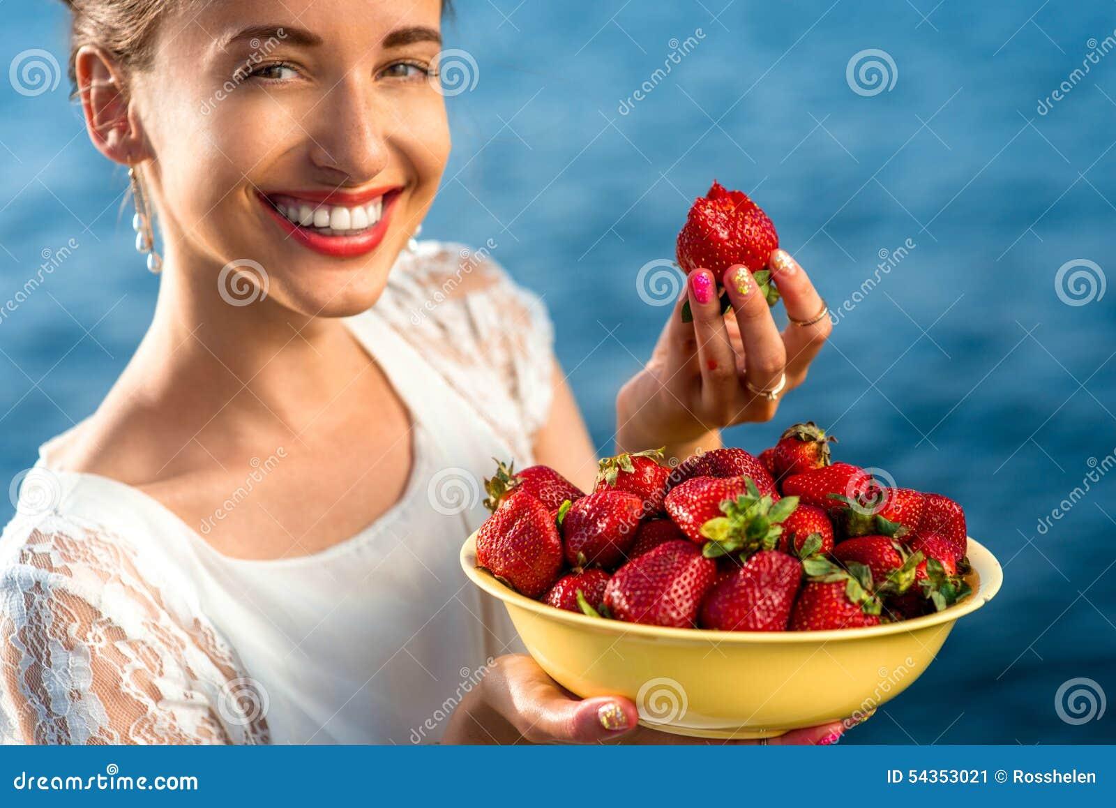 Frau, die Erdbeere isst