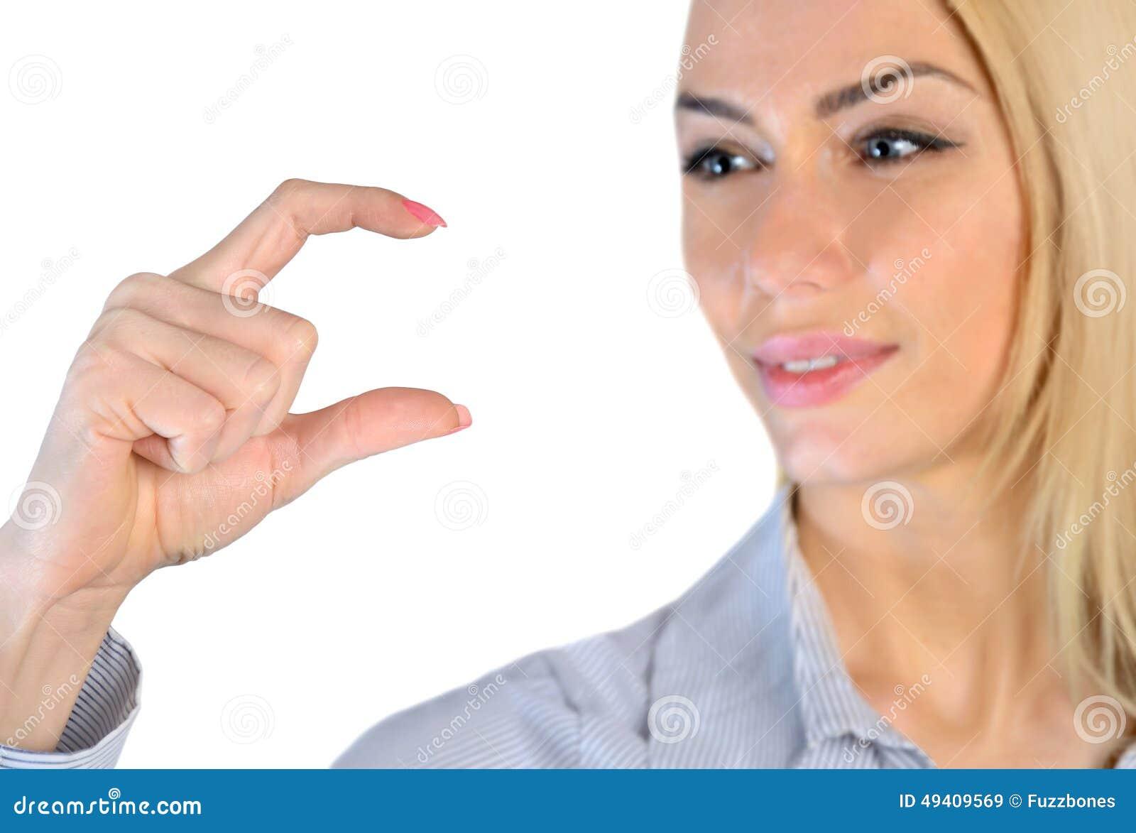 Download Frau, Die Etwas In Den Fingern Hält Stockbild - Bild von leute, mädchen: 49409569