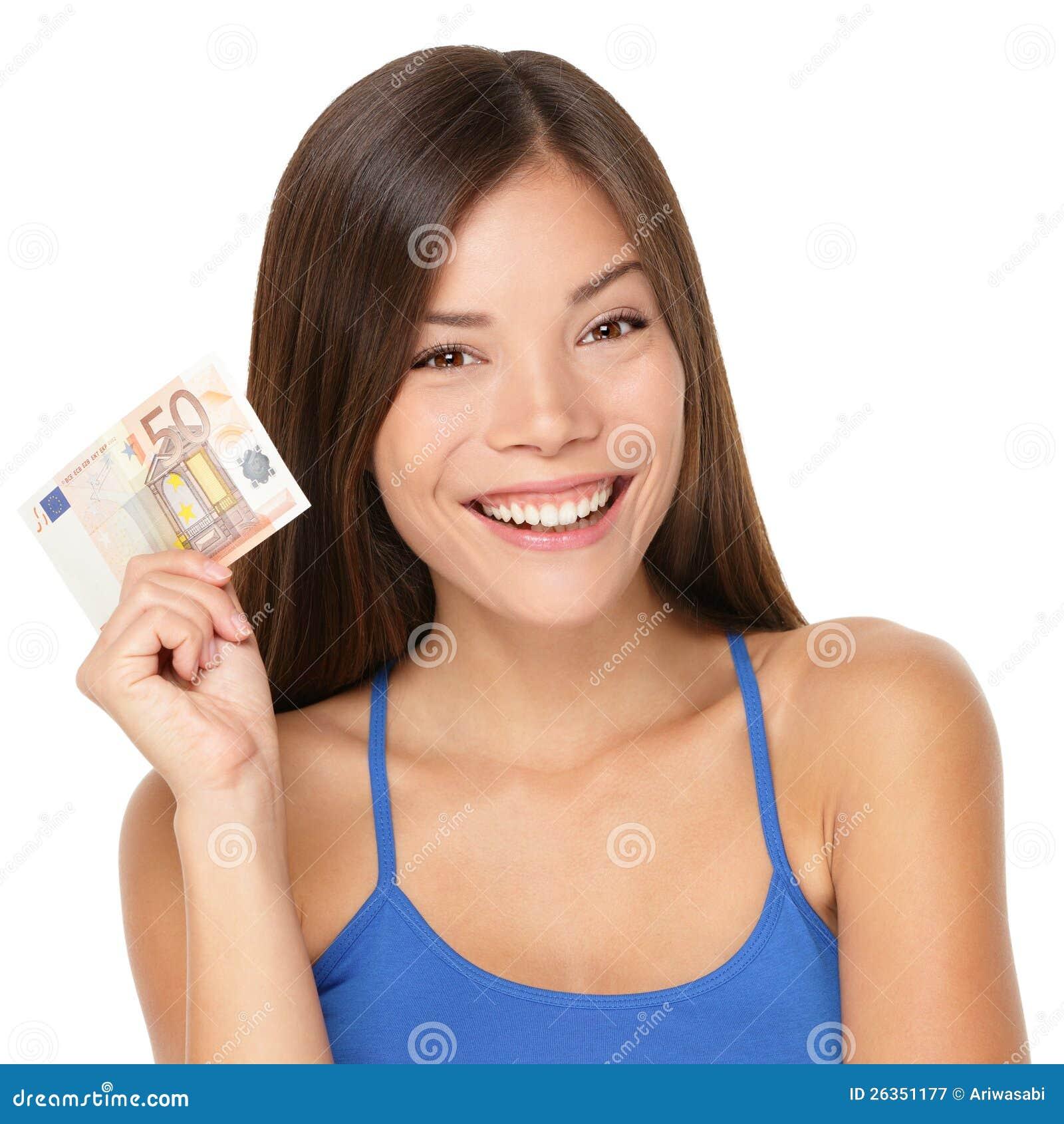Frau, die Eurogeldanmerkung anhält