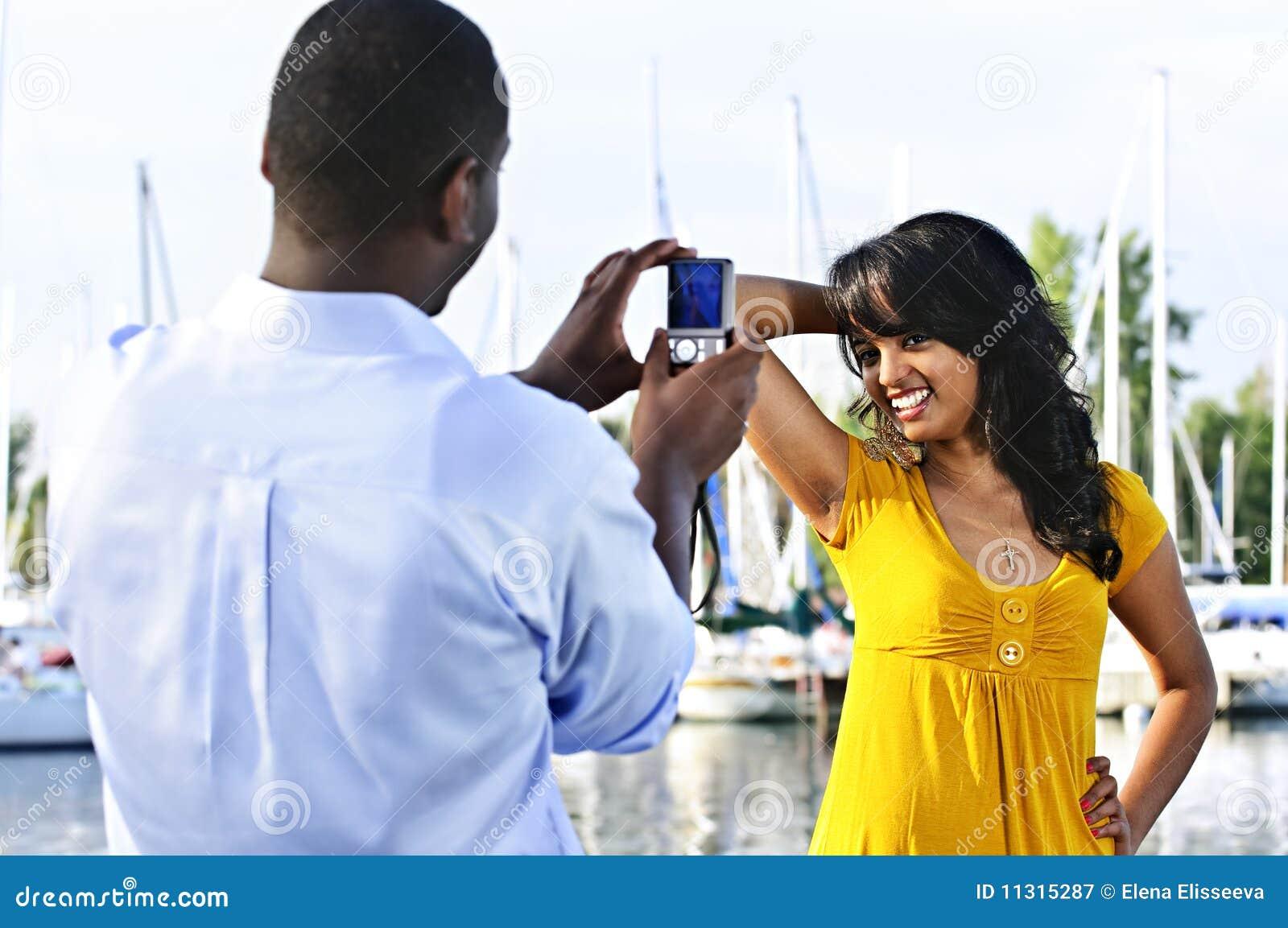 Frau, die für Abbildung nahe Booten aufwirft