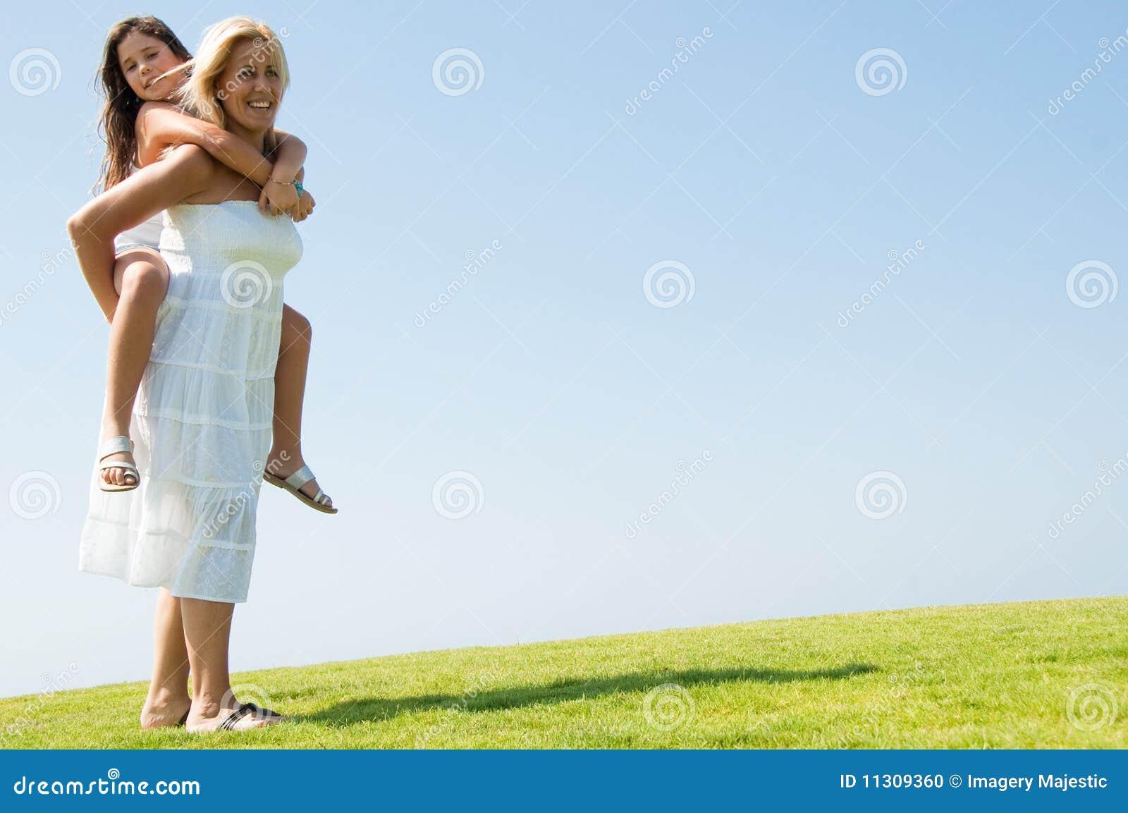 Frau, die Fahrt des jungen Mädchens Doppelpolgibt