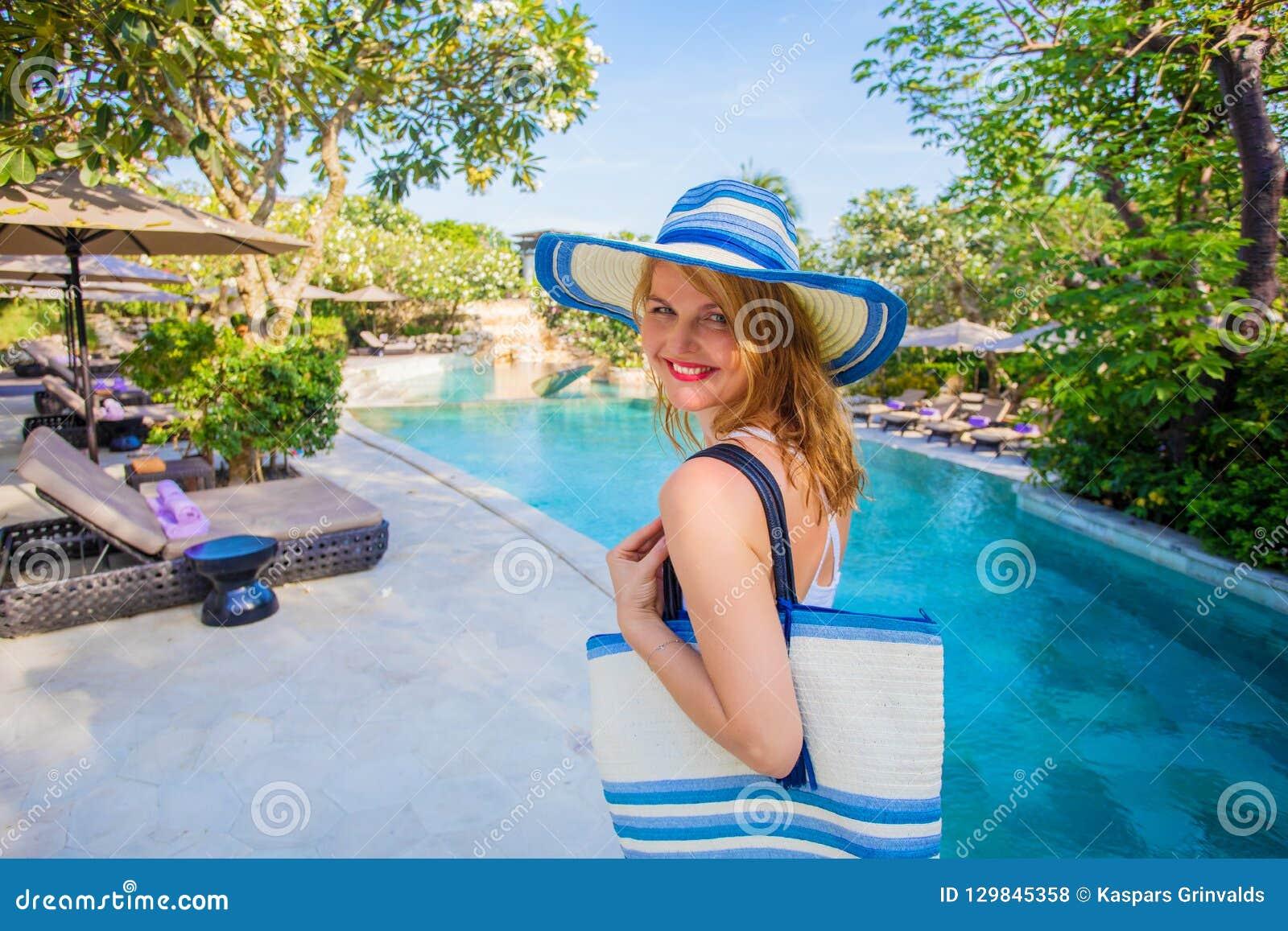 Frau, die Ferien in der tropischen Flucht genießt