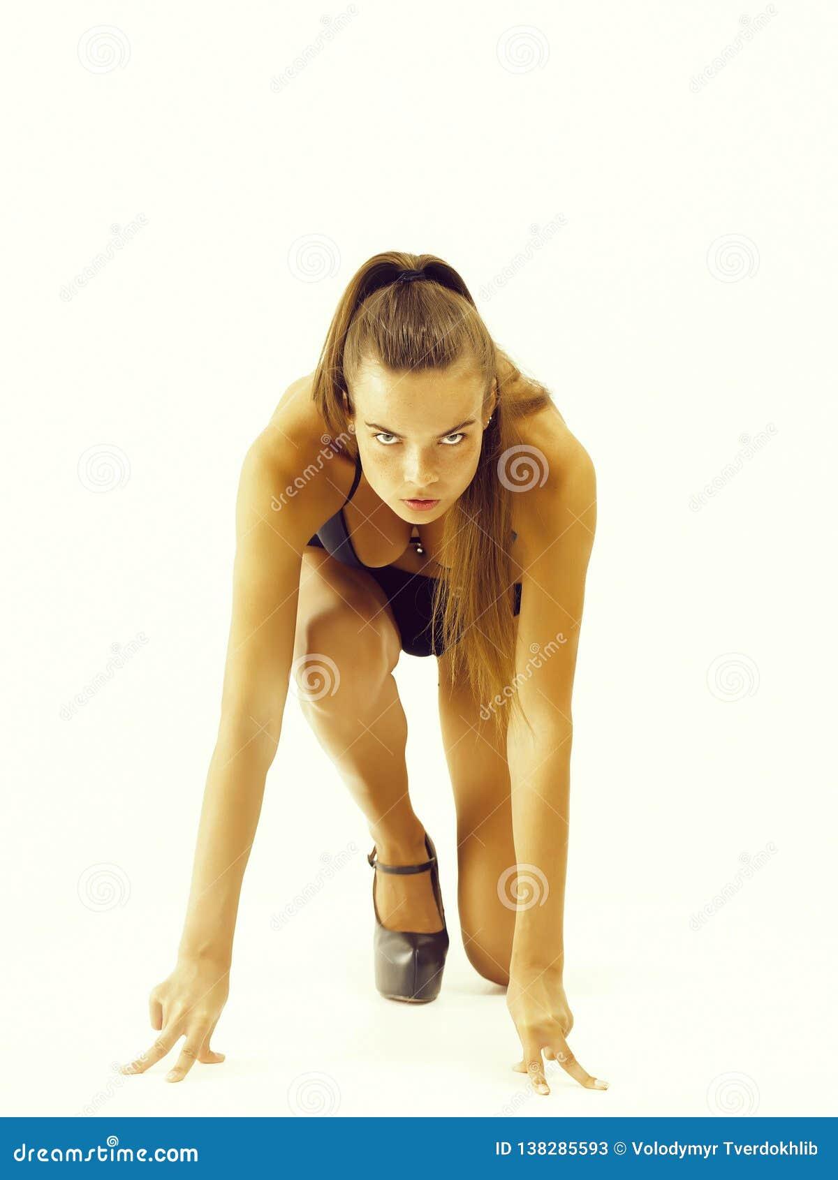 Frau, die fertig wird, in Ausgangsposition zu laufen
