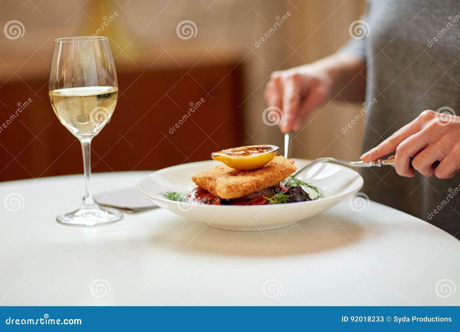 Frau, die Fischsalat am Café oder am Restaurant isst