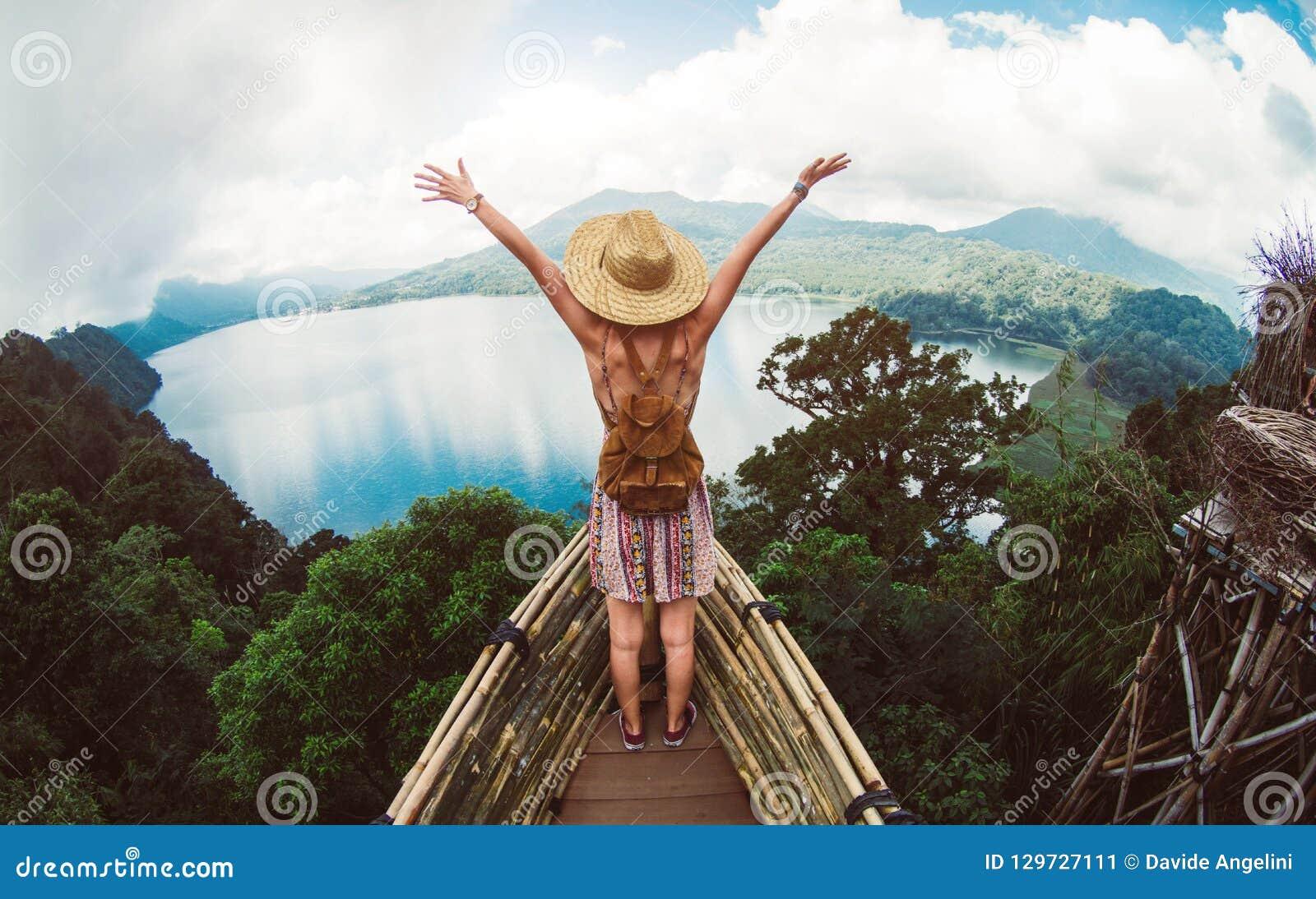 Frau, die frei die Welt reisend glaubt
