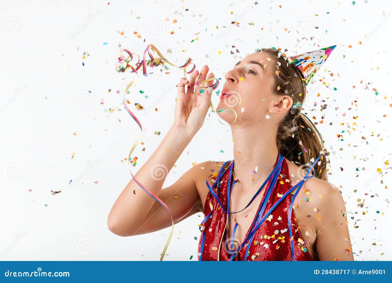 Frau, die Geburtstag mit Ausläufer- und Parteihut feiert