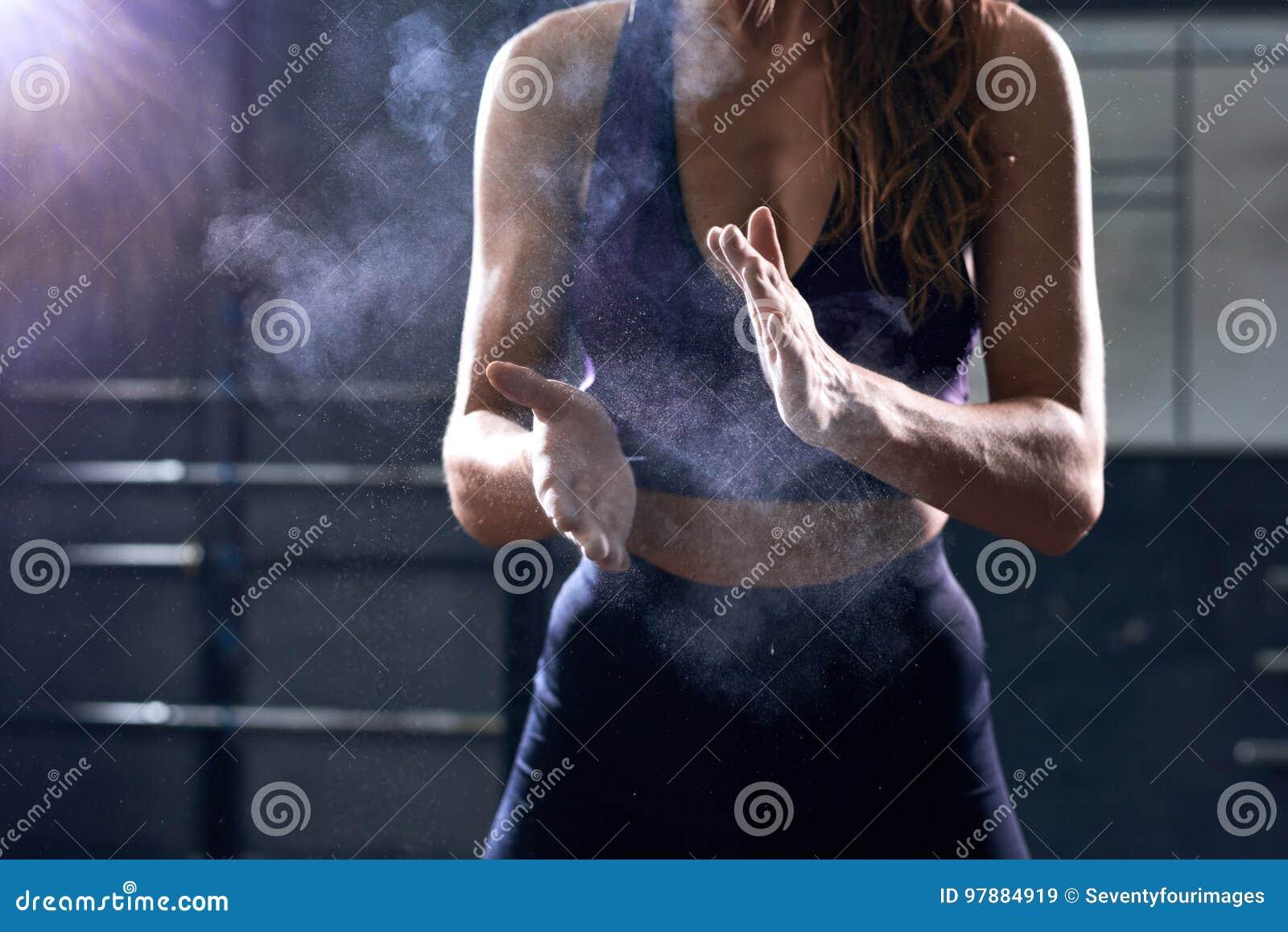 Frau, die Gespräch vor intensivem Training verwendet