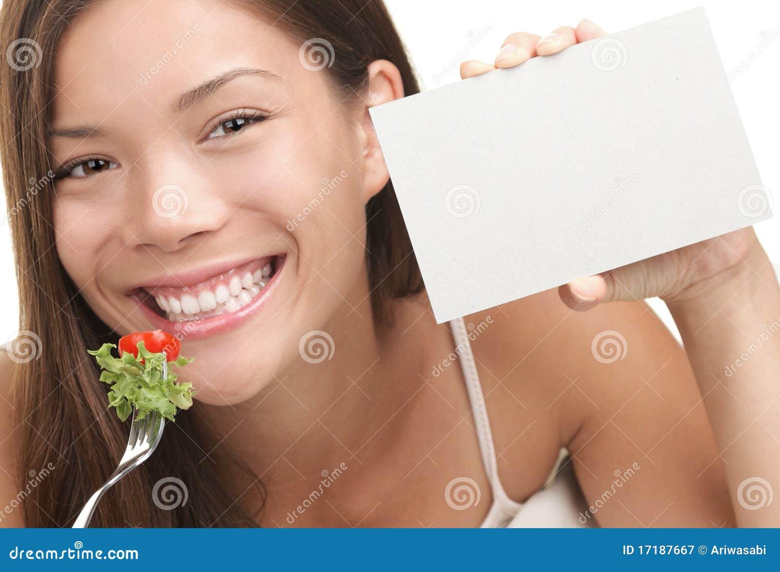 Frau, die gesunden Salat isst
