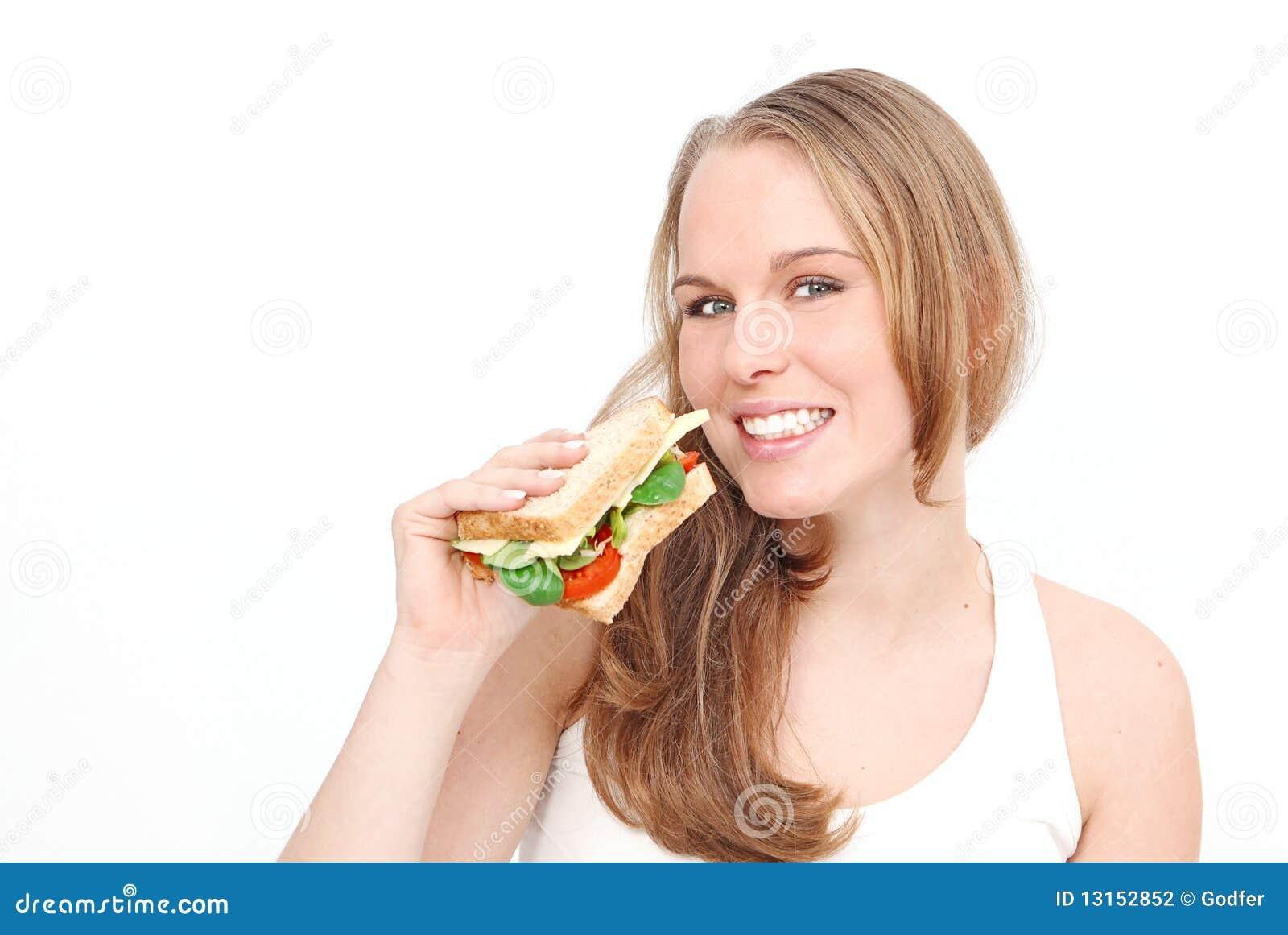 Frau, die gesundes Sandwich isst