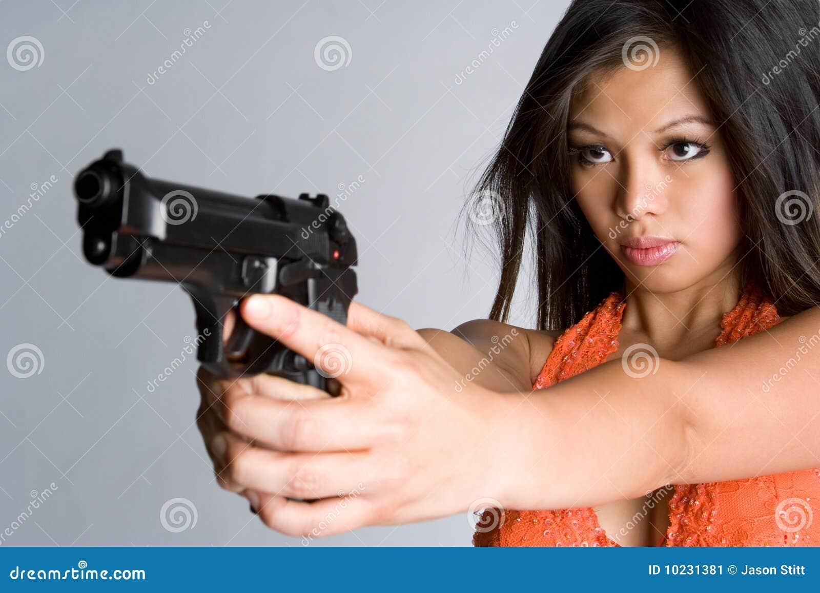 Frau, die Gewehr zeigt