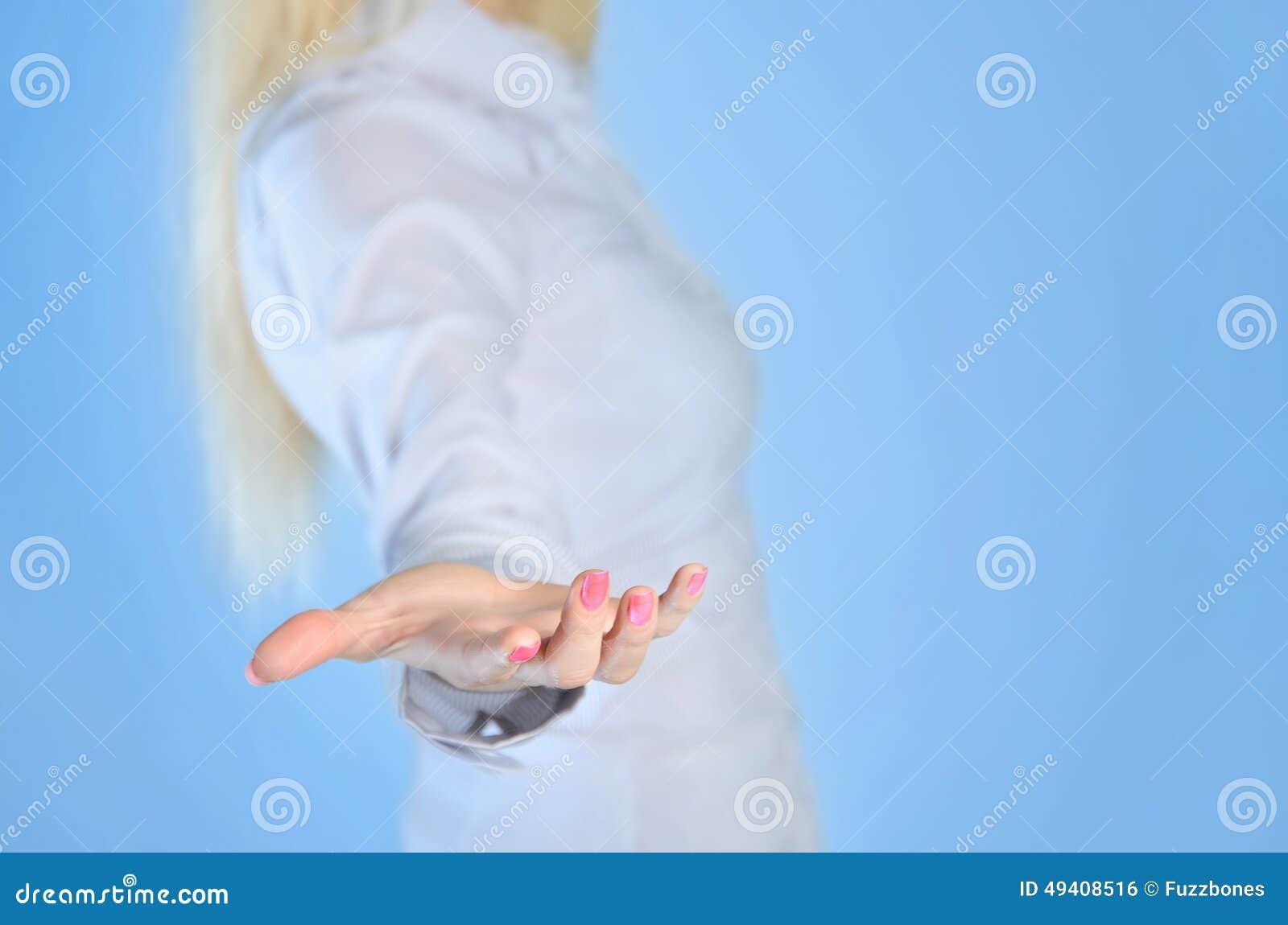 Download Frau, die Hand gibt stockfoto. Bild von eleganz, nahaufnahme - 49408516