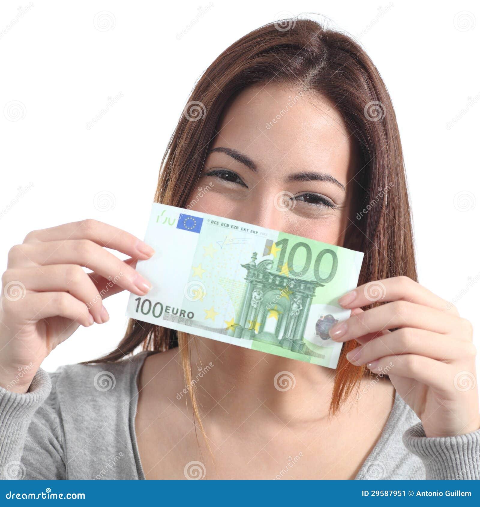 Frau, die hundert Eurobanknote zeigt