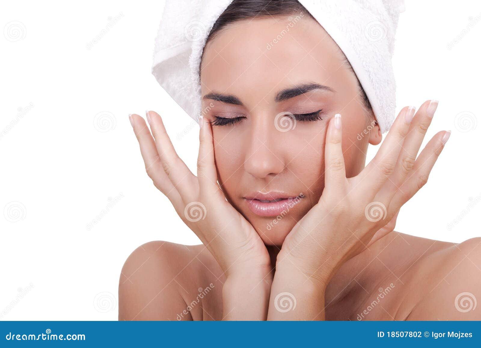 Frau, die ihr Gesicht massiert