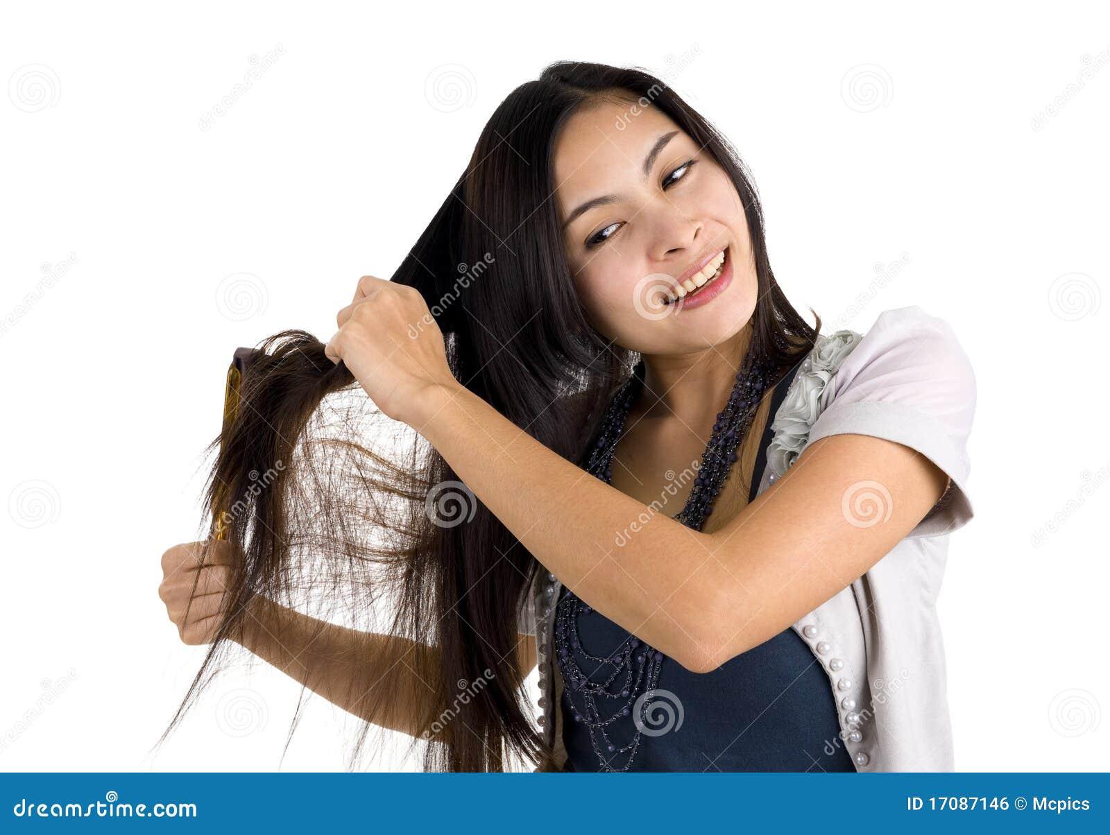 Frau, die ihr Haar aufträgt