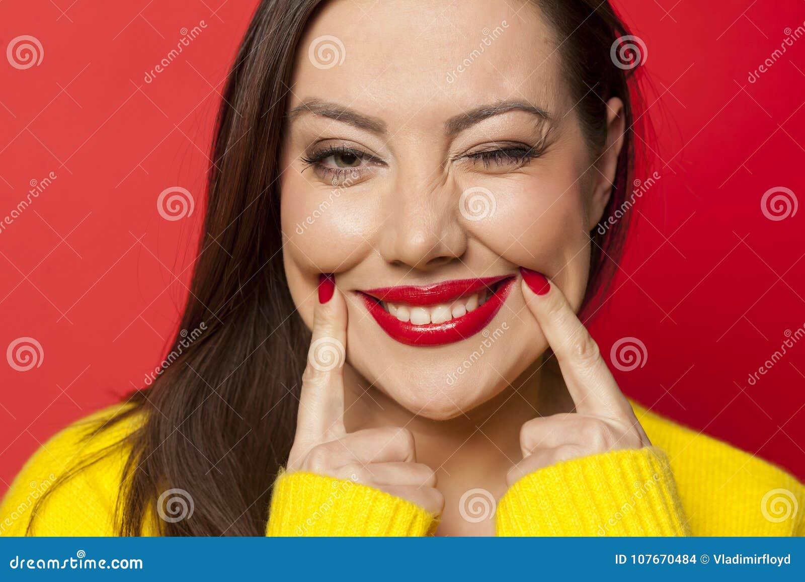 Frau, die ihr Lächeln zwingt