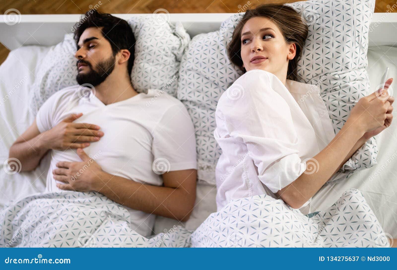 Frau Die Ihr Mobile Während Ihr Ehemann Schläft Auf Bett Im