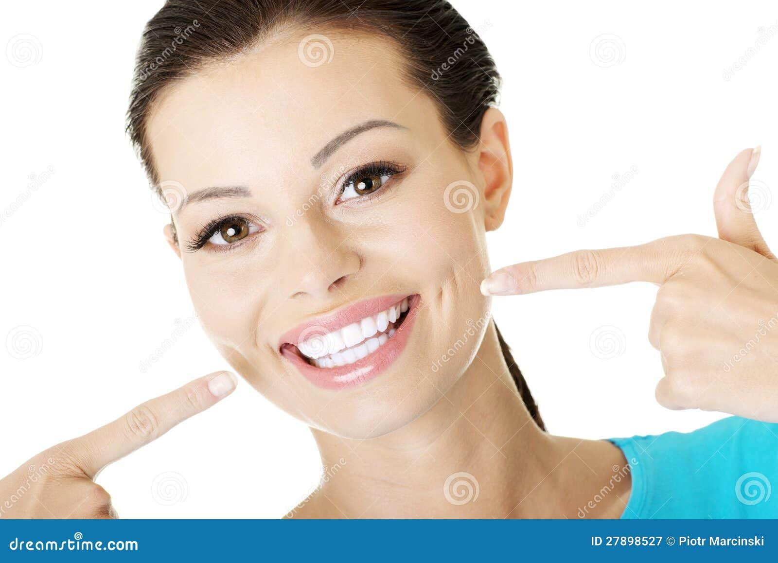 Frau, die ihr vollkommene Zähne zeigt.