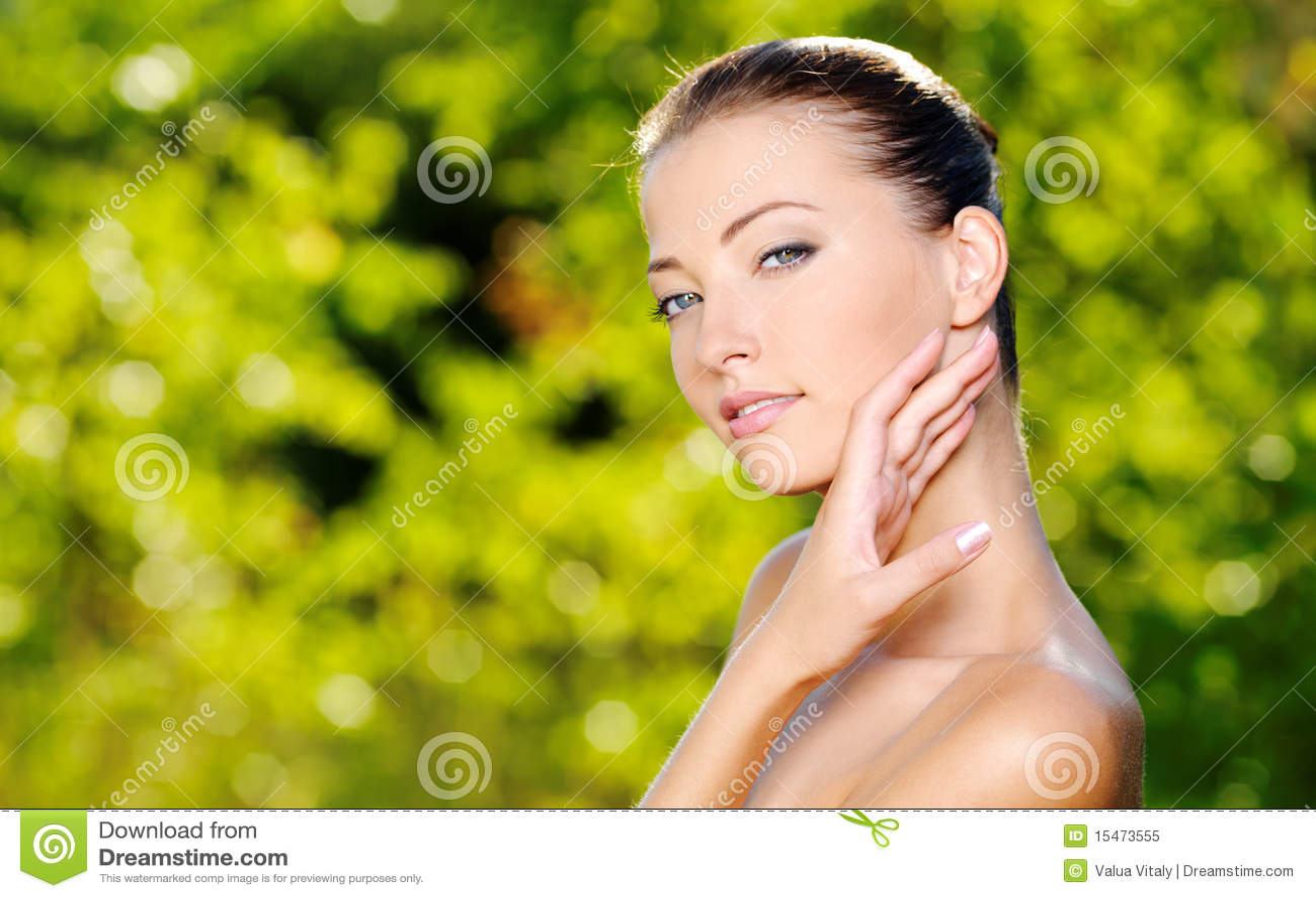 Frau, die ihre frische saubere Haut des Gesichtes streicht
