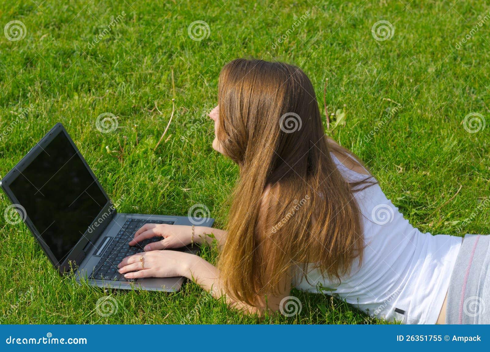 Frau, die an ihrem Laptop arbeitet