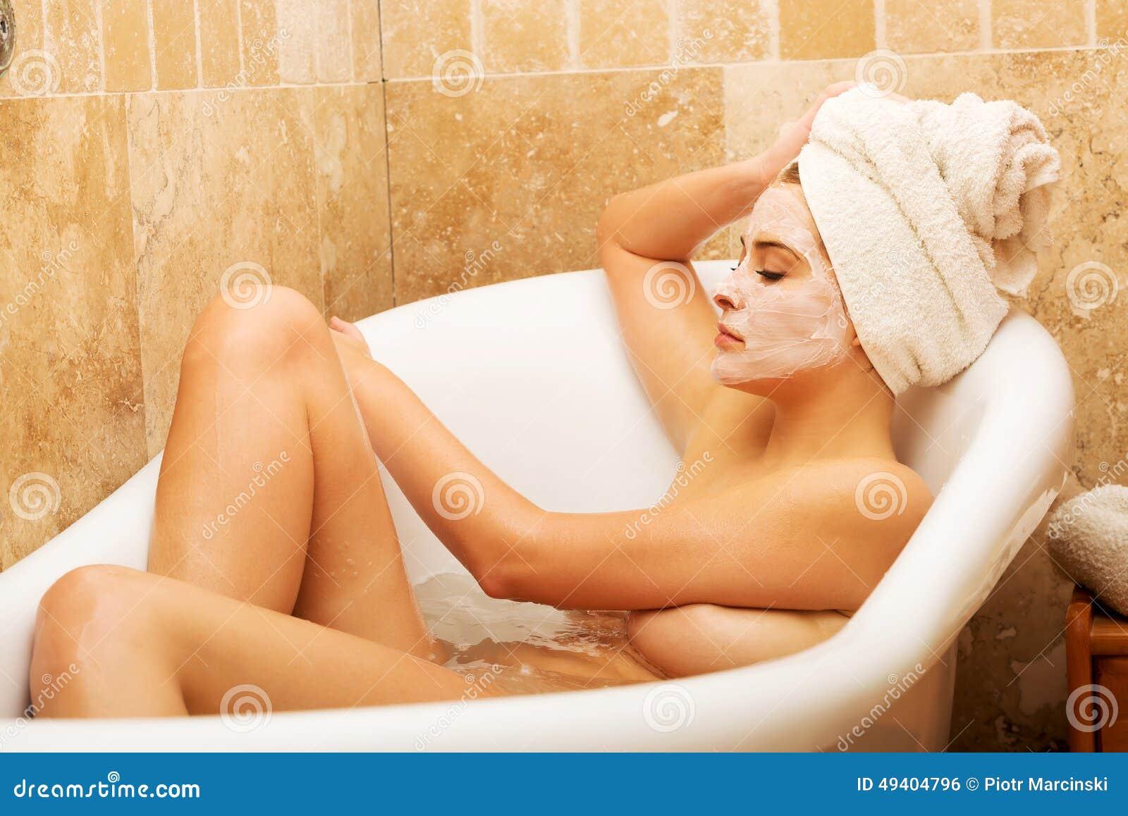 Download Frau, Die Im Bad Mit Gesichtsmaske Sich Entspannt Stockfoto - Bild von erfrischung, kaukasisch: 49404796