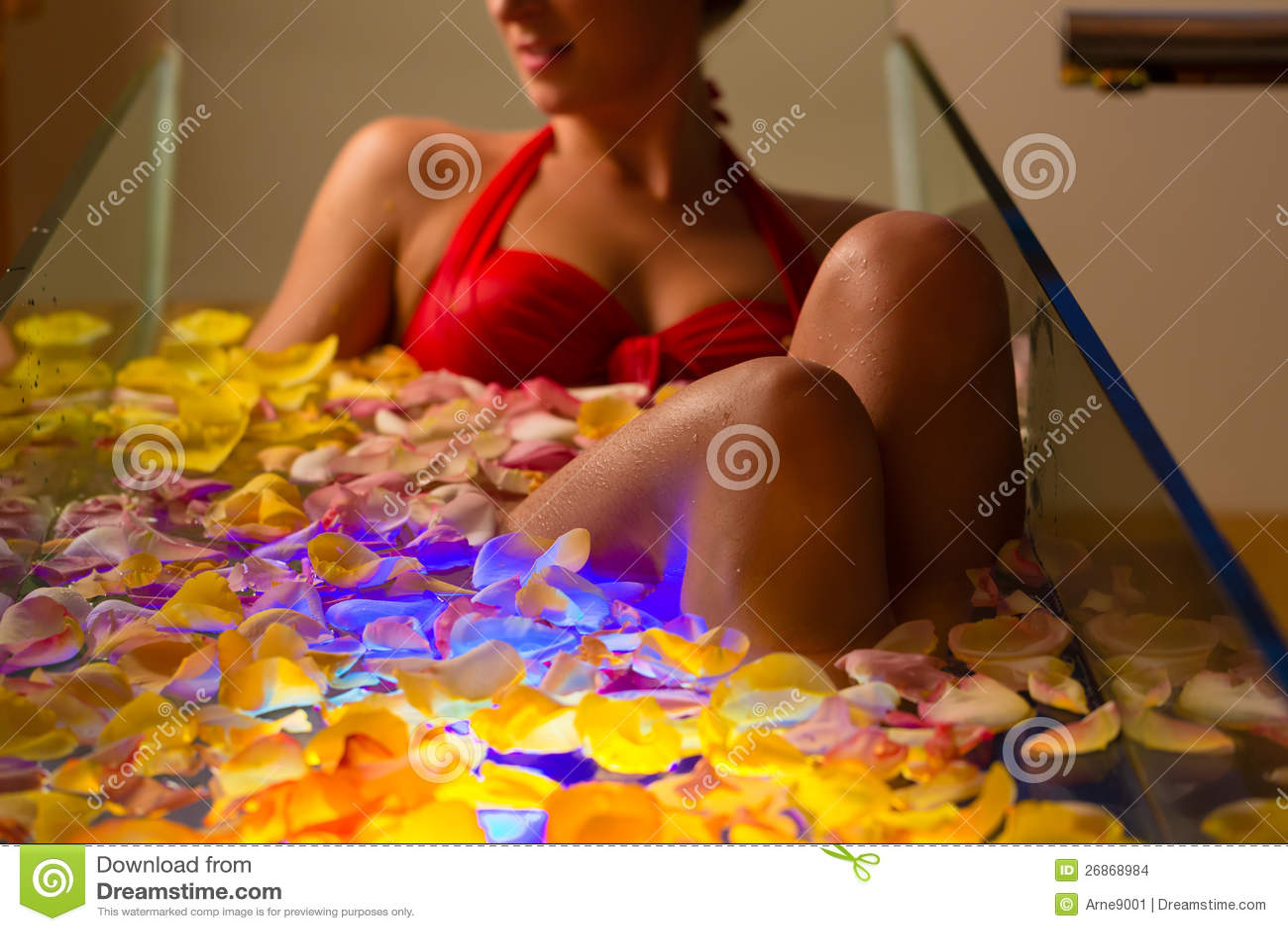 Frau, die im Badekurort mit Farbentherapie badet