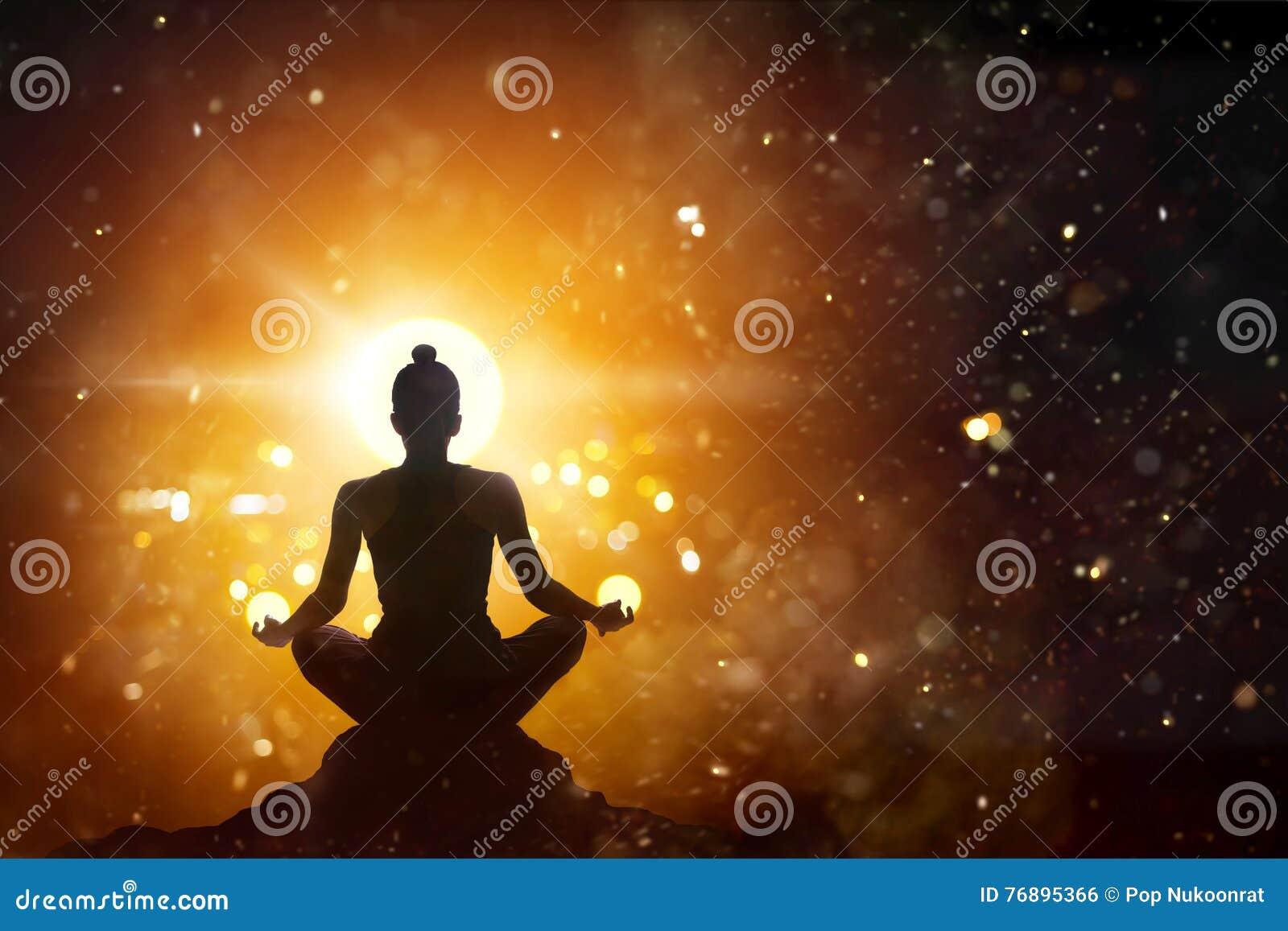 Frau, die im Lotoshaltungsyoga mit abstraktem Hintergrund meditiert