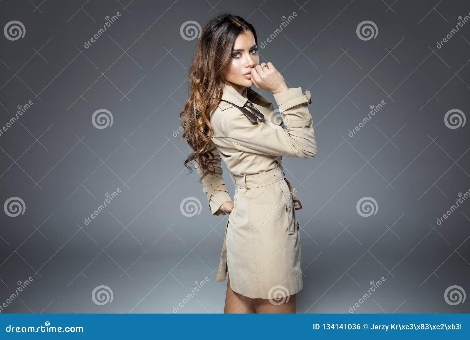 Frau, die im Mantel aufwirft