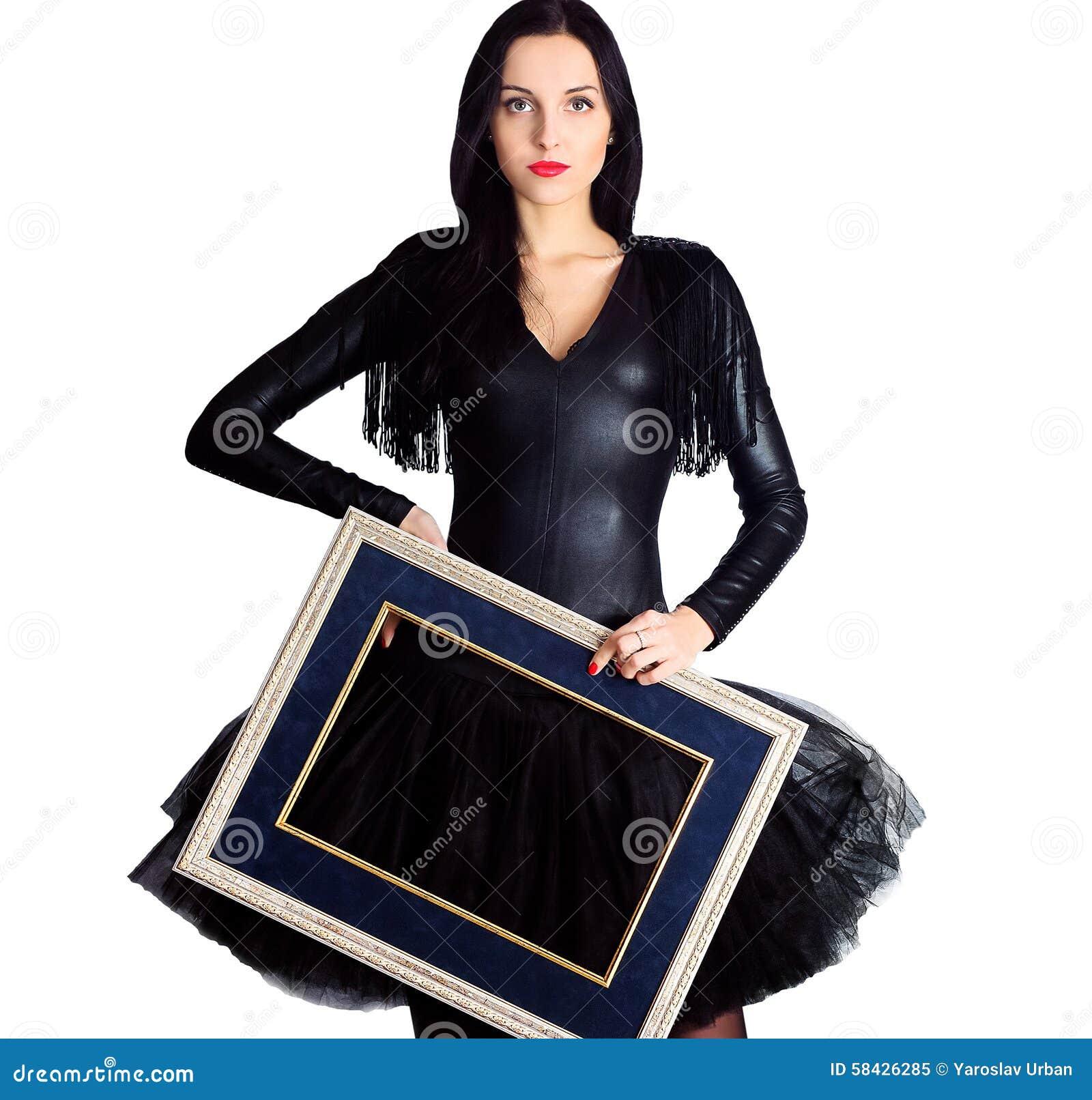 Frau, Die Im Schwarzen Kleid Hält Bilderrahmen Trägt Stockbild ...