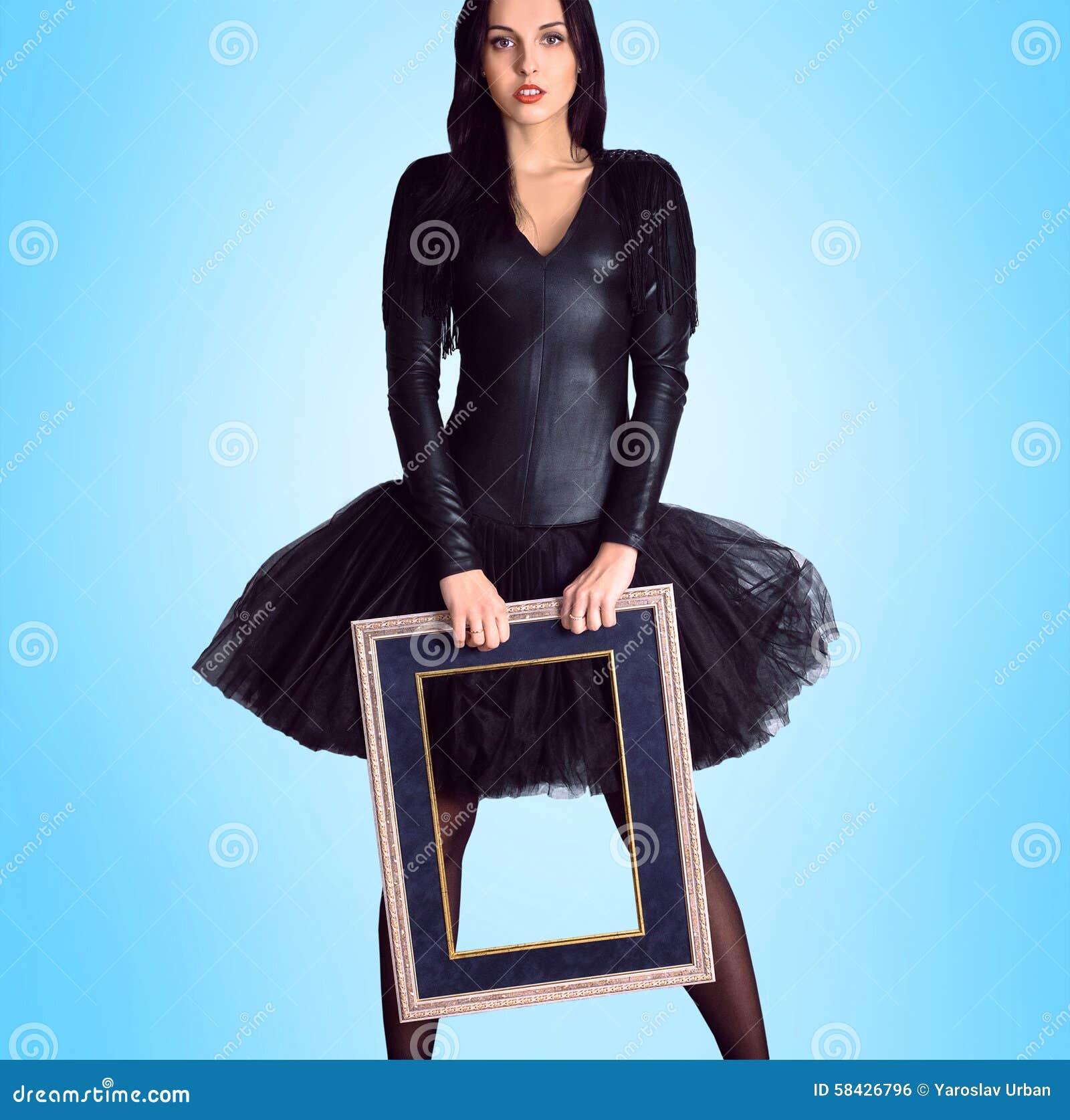 Frau, Die Im Schwarzen Kleid Hält Bilderrahmen Trägt Stockfoto ...