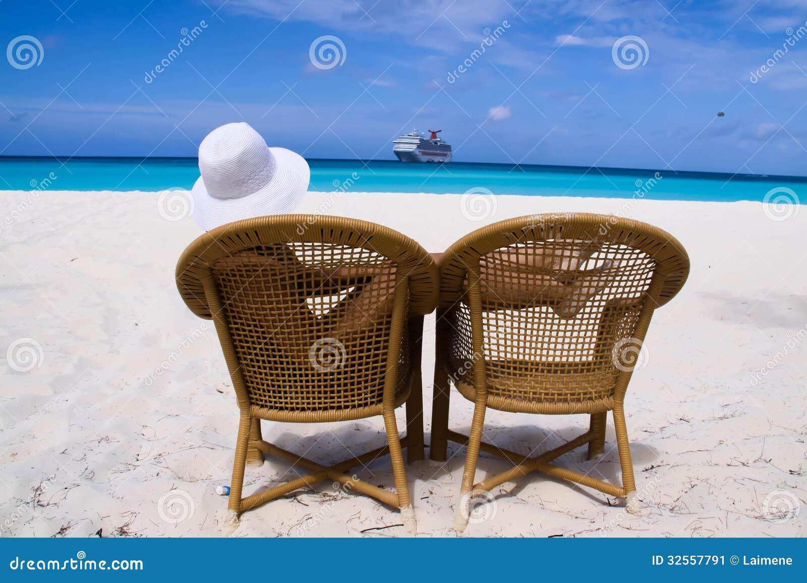 Frau, die im Strand sitzt
