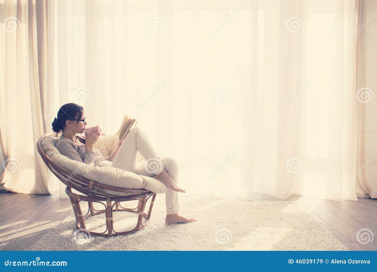 Frau, die im Stuhl sich entspannt