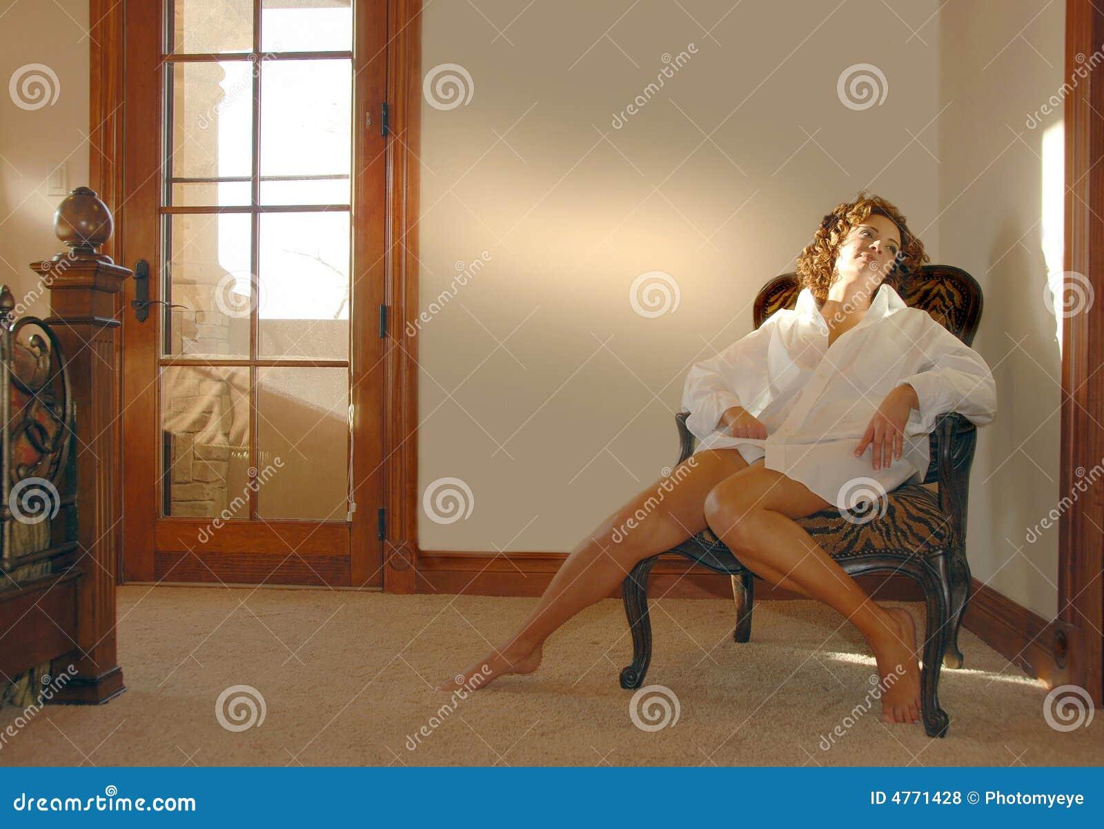 Frau, die im Stuhl träumt