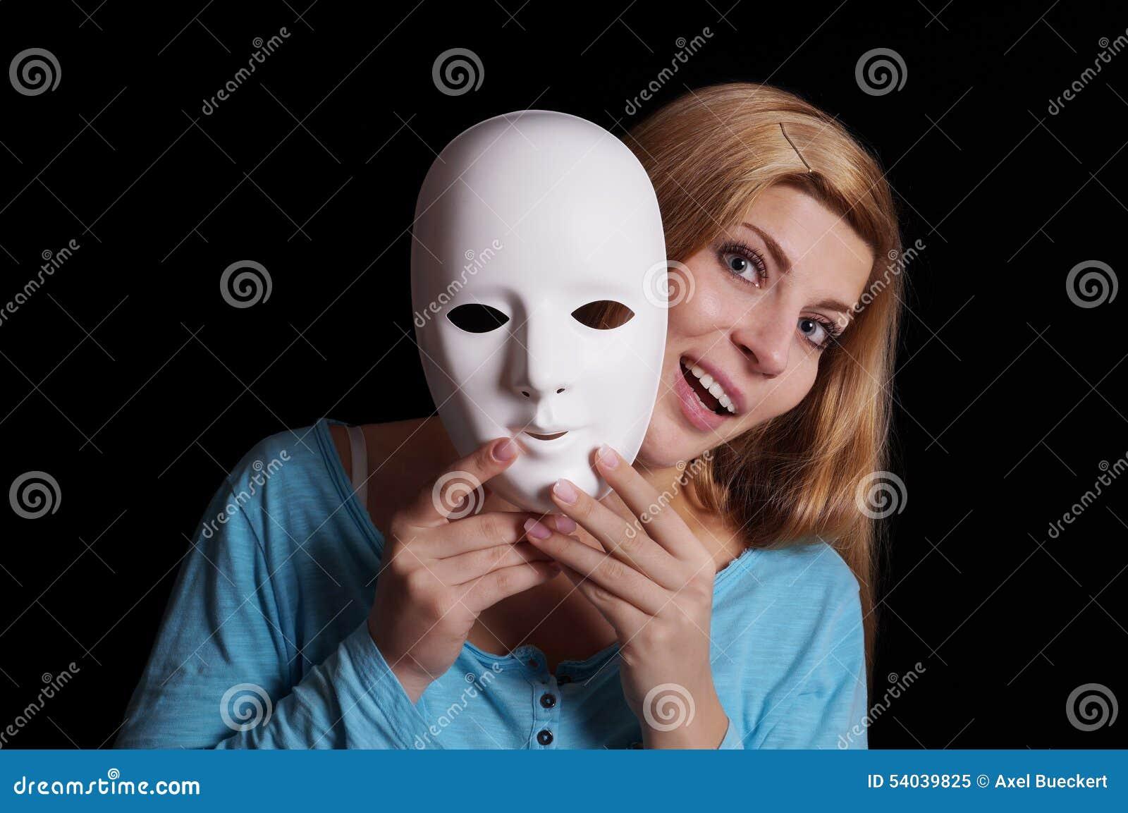 Die Maske aus dem Ton für die Person soll vertrocknen