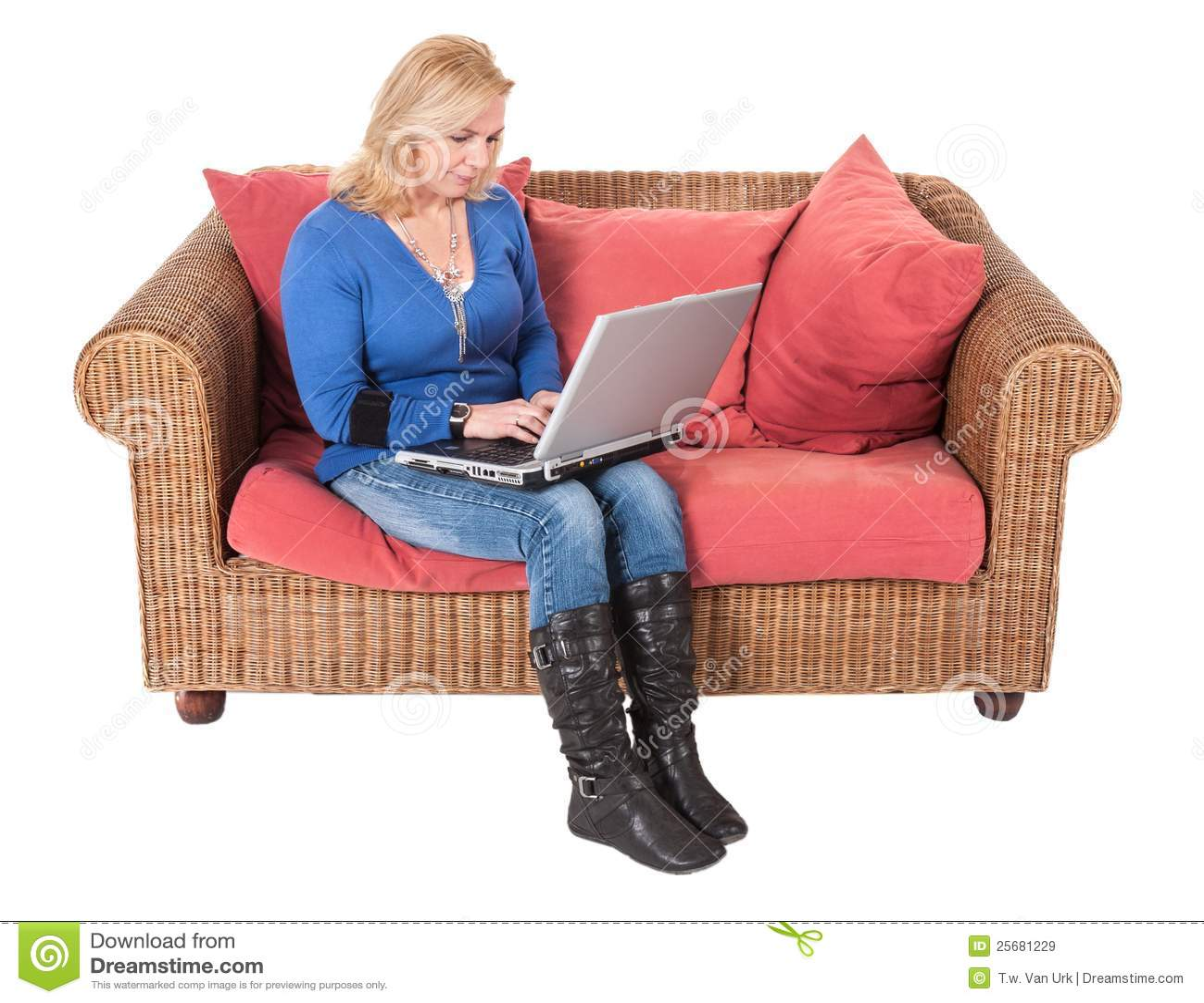 Frau, die mit dem Laptop sitzt an einer Bank arbeitet