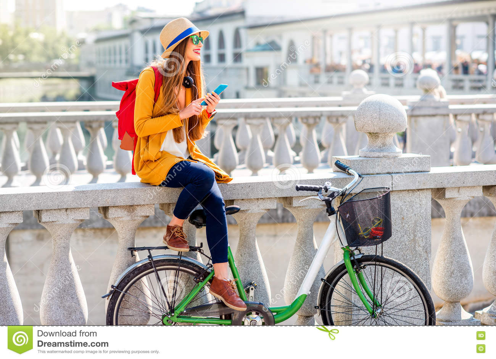 frau die mit fahrrad in ljubljana stadt reist stockfoto. Black Bedroom Furniture Sets. Home Design Ideas