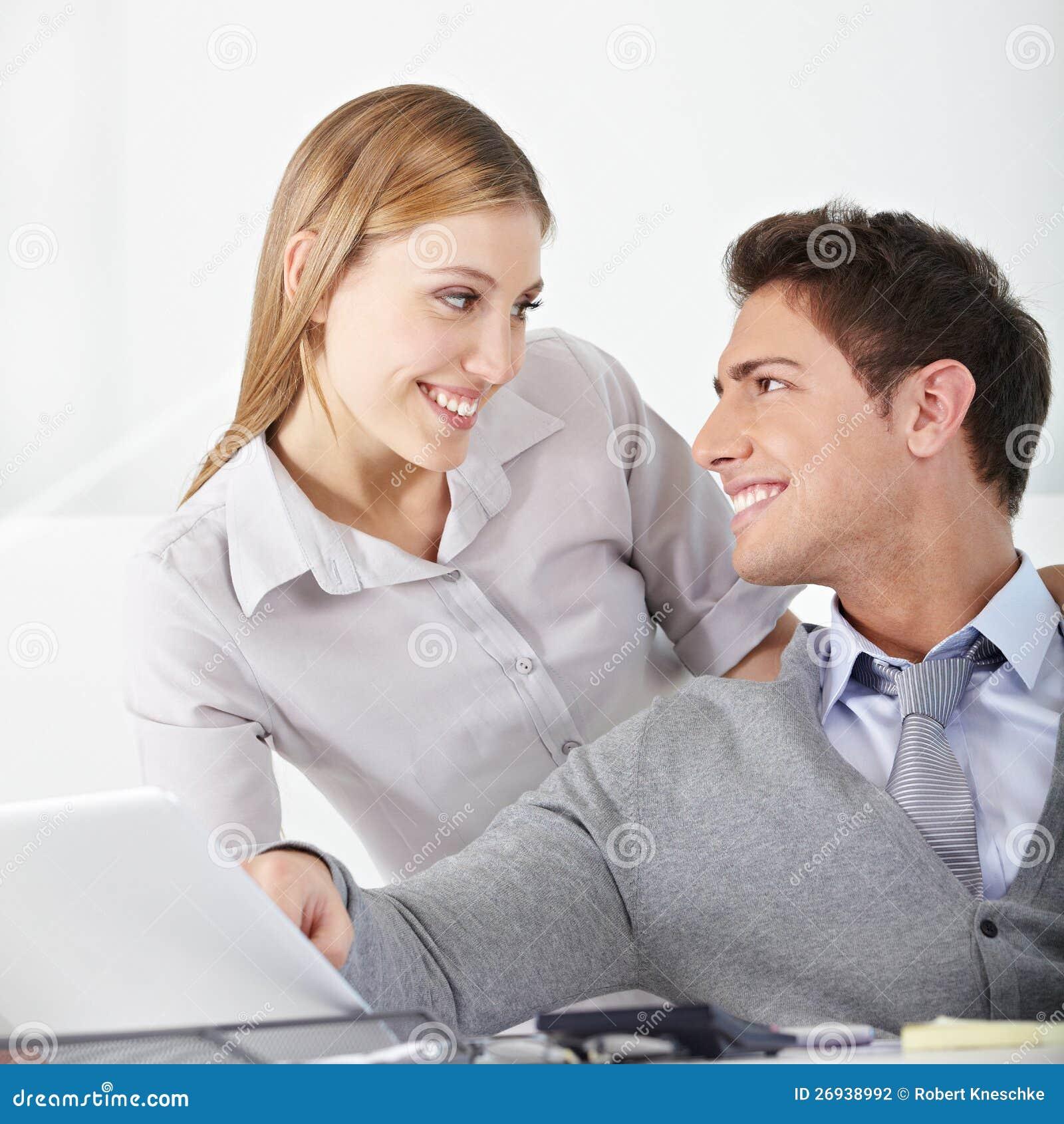 Mann flirtet mit verheirateter frau