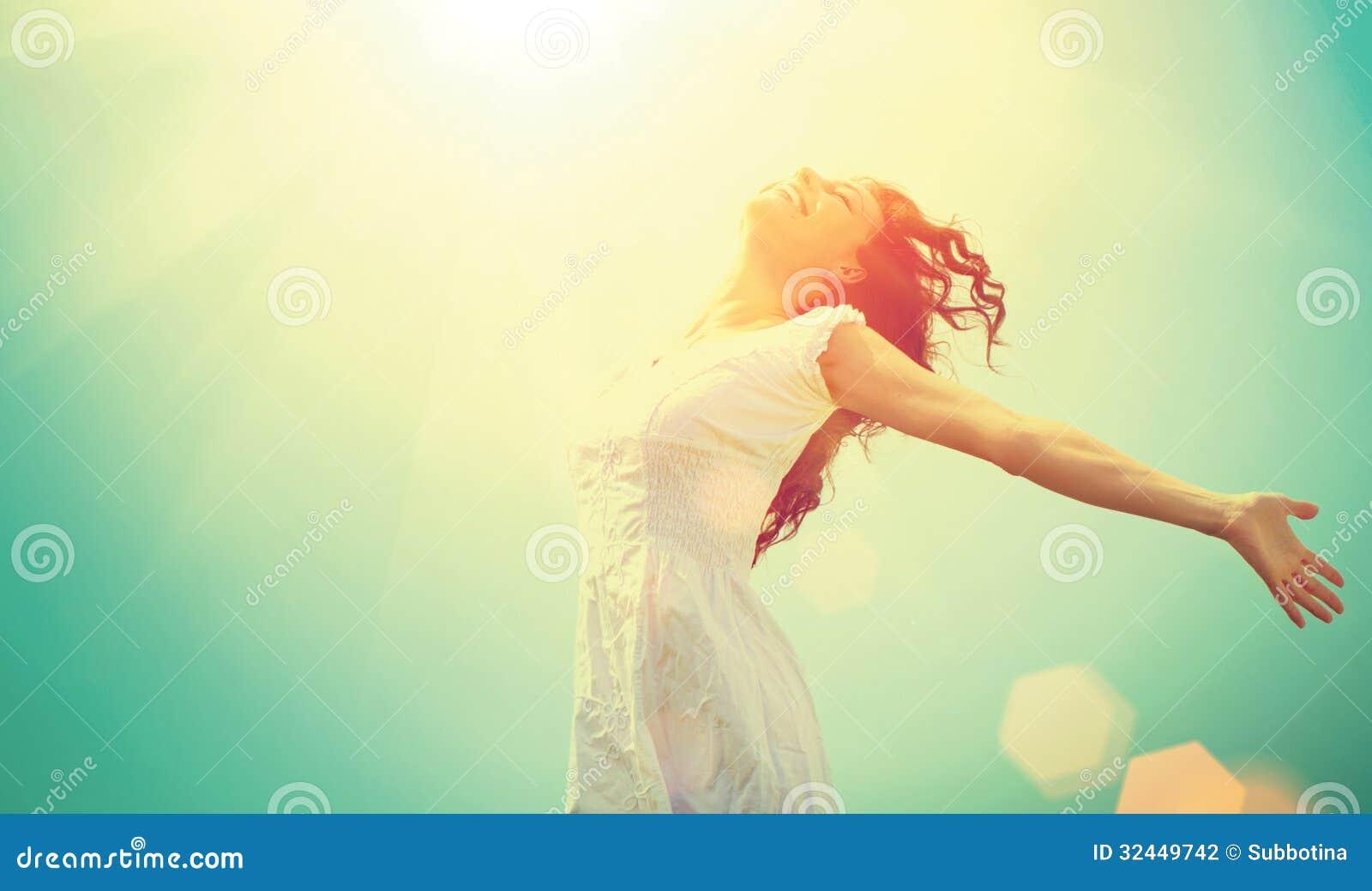 Frau, die Natur genießt